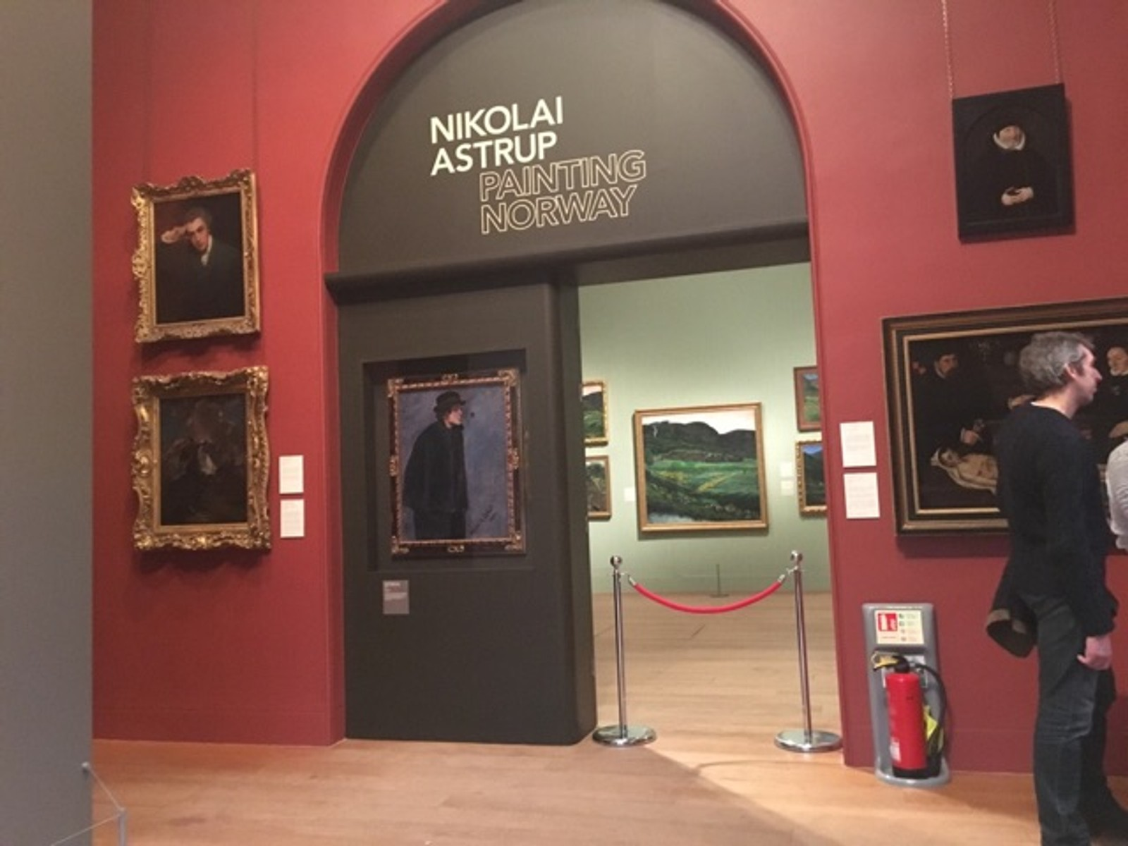 Nikolai Astrup sine måleri dekkjer veggane på Dulwich Picture Gallery i London.