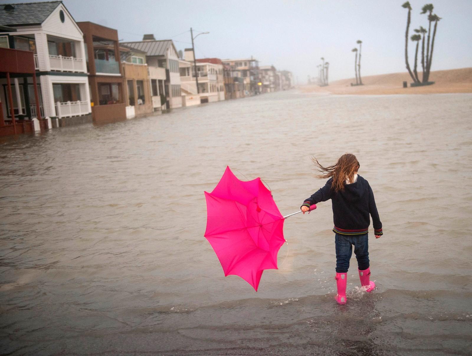 Seks år gamle Isabella Busse er ute i stormen i Seal Beach i California i USA.