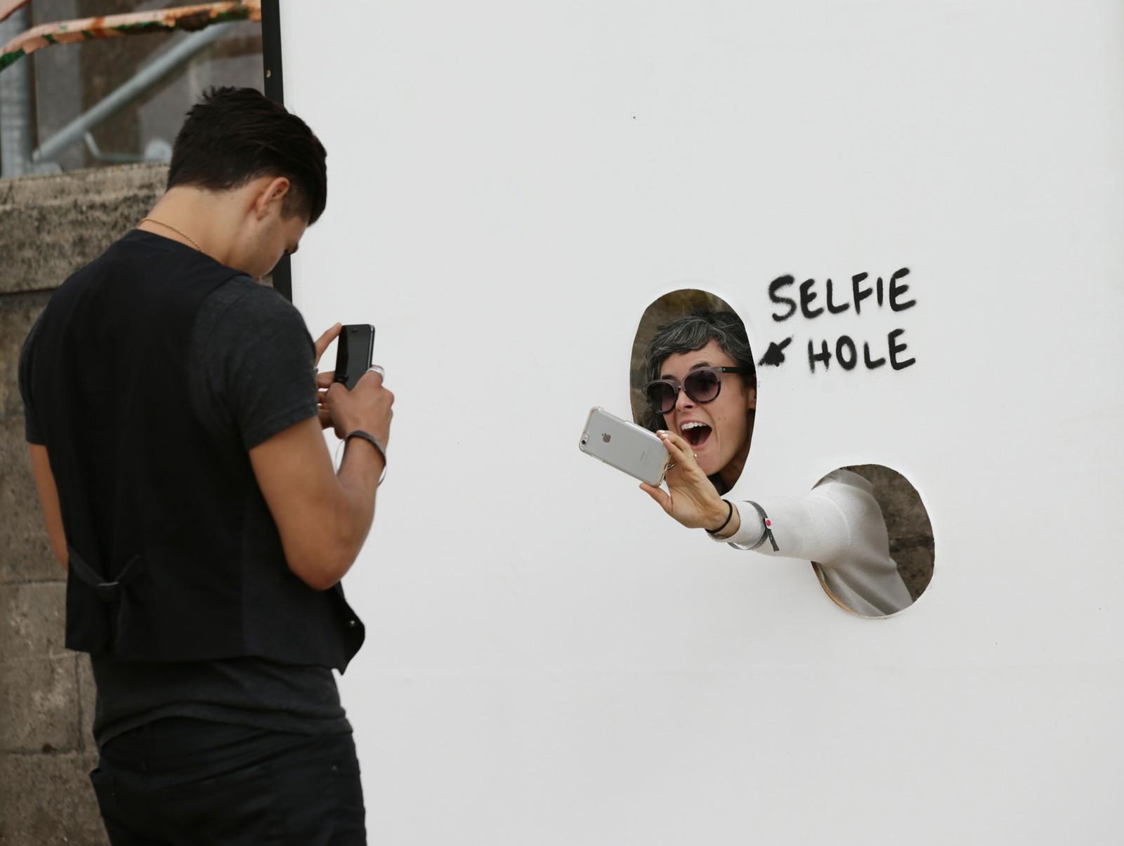 SMIL: Besøkende oppfordres til å ta selvortretter gjennom et eget «selfie-hull».