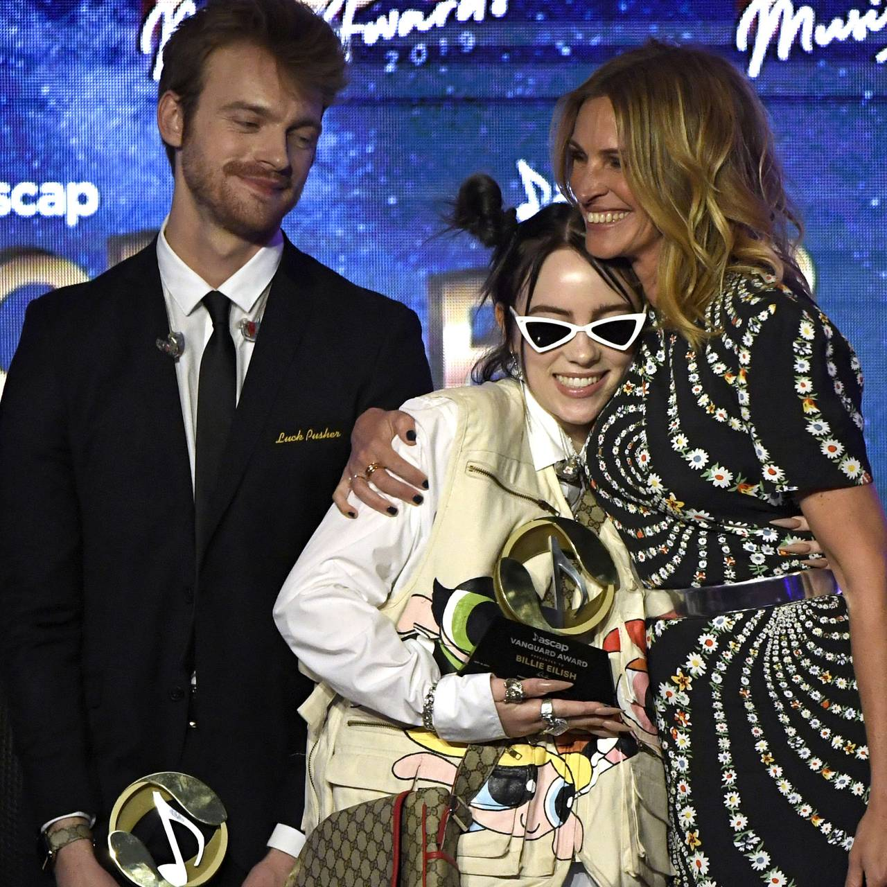 Billie Eilish og Finneas O'Connell mottar the Vanguard Award fra Julia Roberts, mai 2019