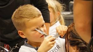 Elena og Didrik er frisører!