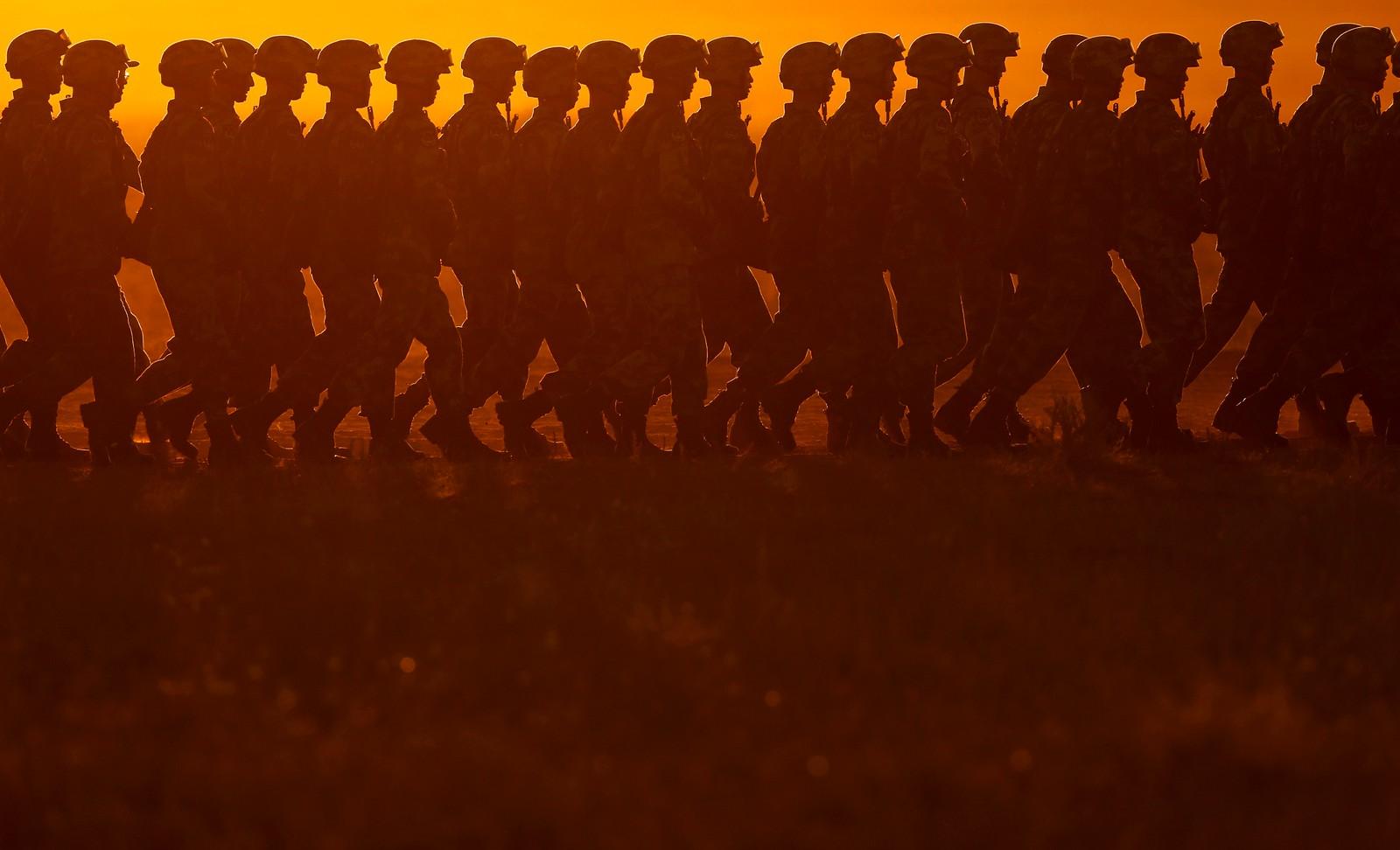 Kinesiske soldater er på vei inn til en parade ved en leir nord i Kina. Denne uken ble det markert at det er 90 år siden Folkets frigjøringsarmé så dagens lys.