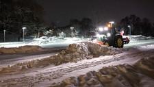 En traktor brøyter snø på Marienlyst i Oslo lørdag morgen.