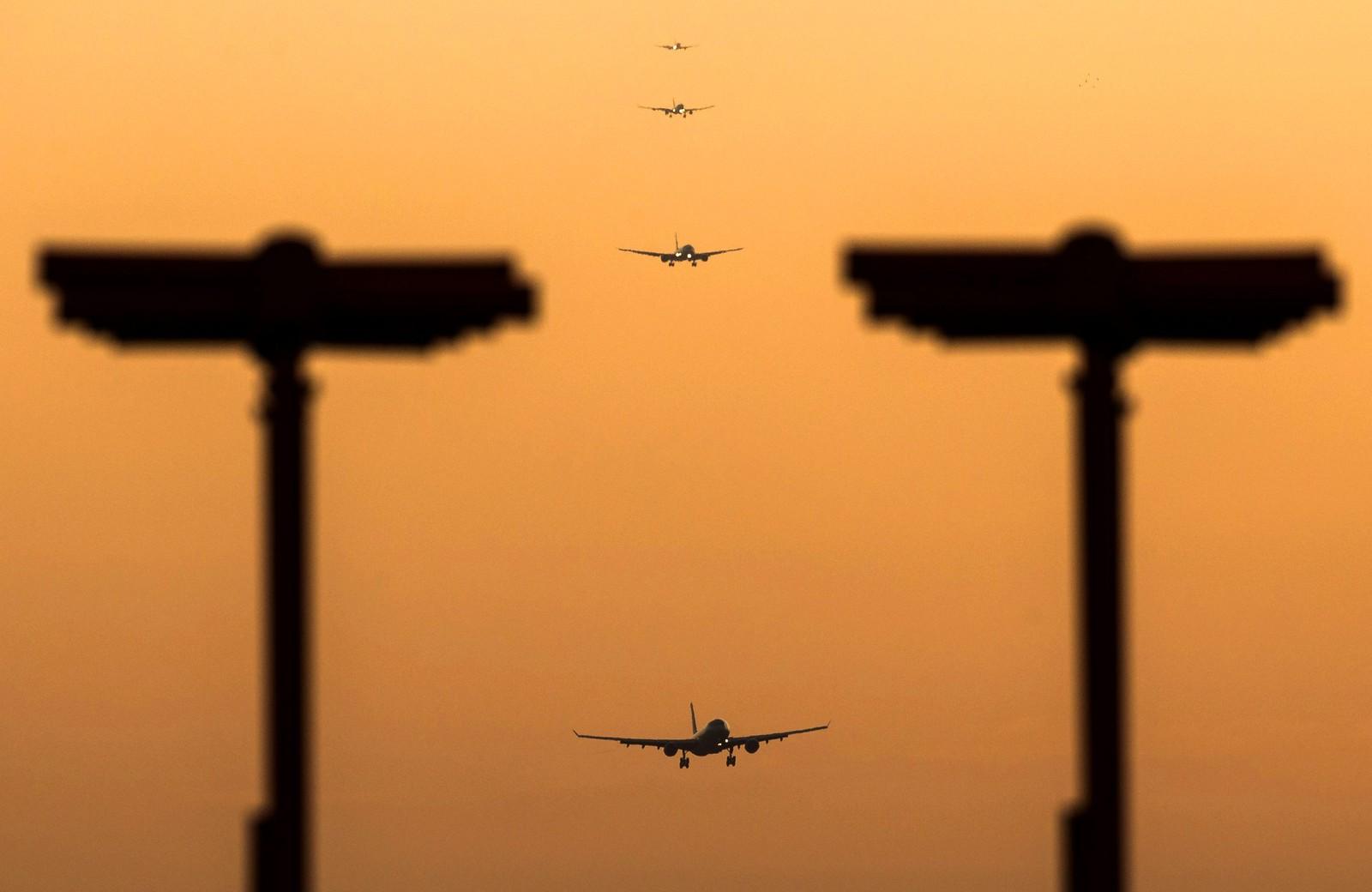 Flere fly går inn for landing på Heathrow flyplass i London i England. Britiske myndigheter vurderer å bygge en tredje rullebane for å øke kapasiteten.