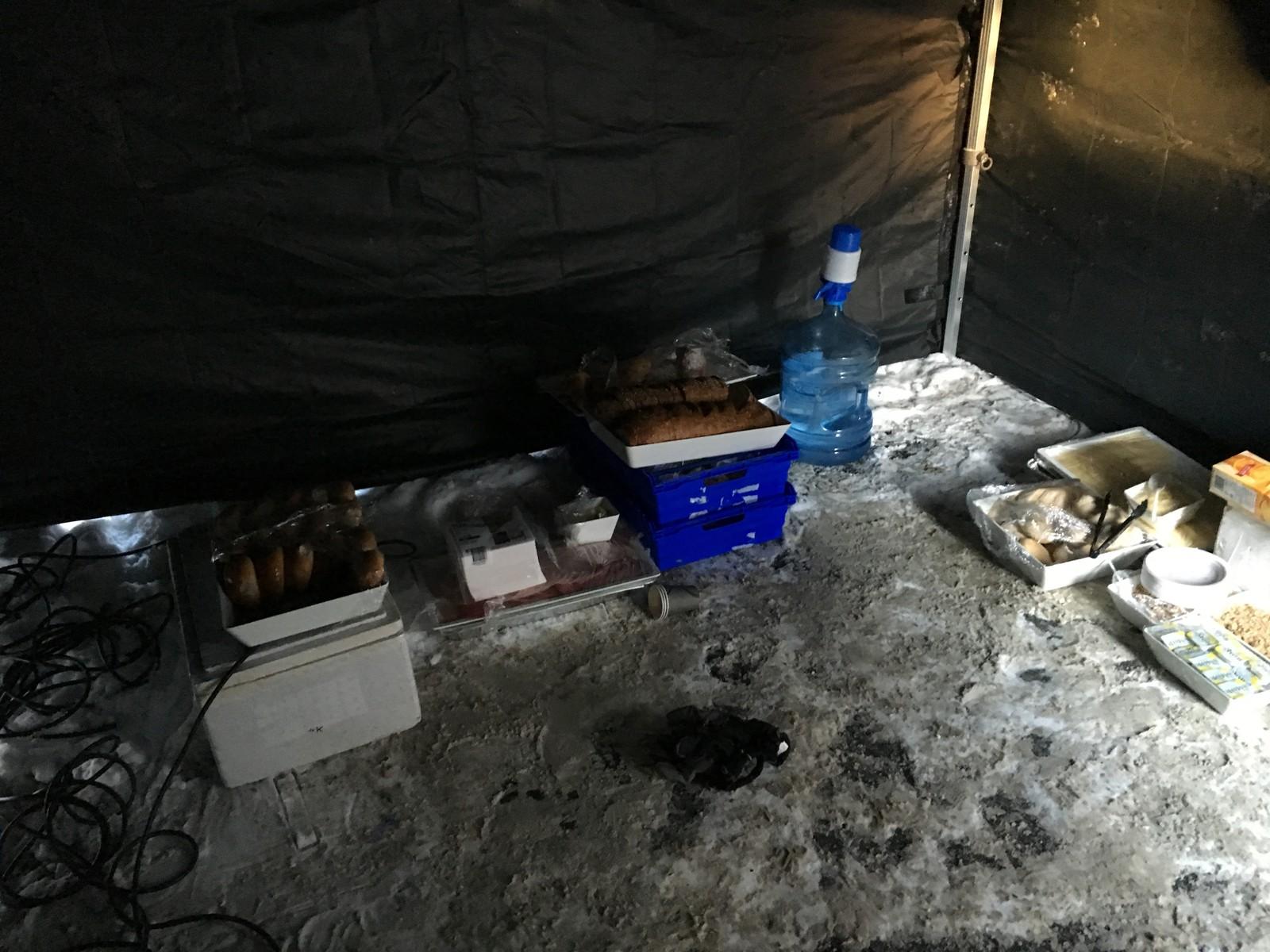 SPARTANSK I: Bildet fra ett av teltene på innspillingsstedet viser matvarer lagret rett på bakken. Ansatte på produksjonen sier at både mat og vann frøs flere ganger i løpet av produksjonen på grunn av de lave temperaturene.
