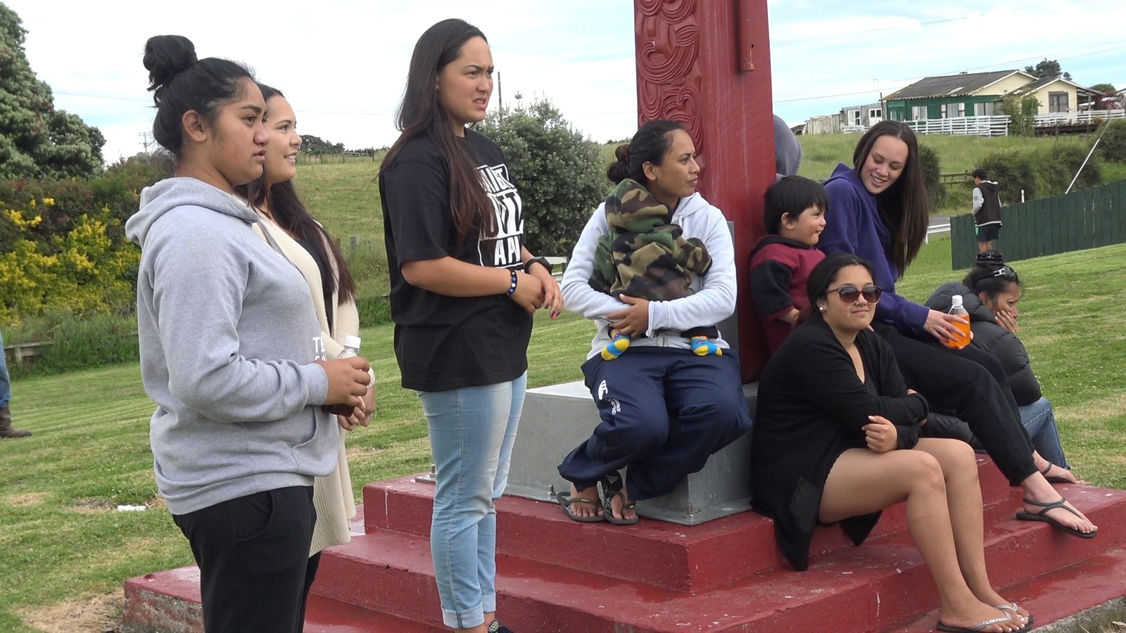 Nuorat báikkálaš maoriaid juovladeaivvadeamis, Te Kaha marae:s (marae lea čearddalaš deaivvadanbáiki). / Unge maorier i Te Kaha, på New Zealand.
