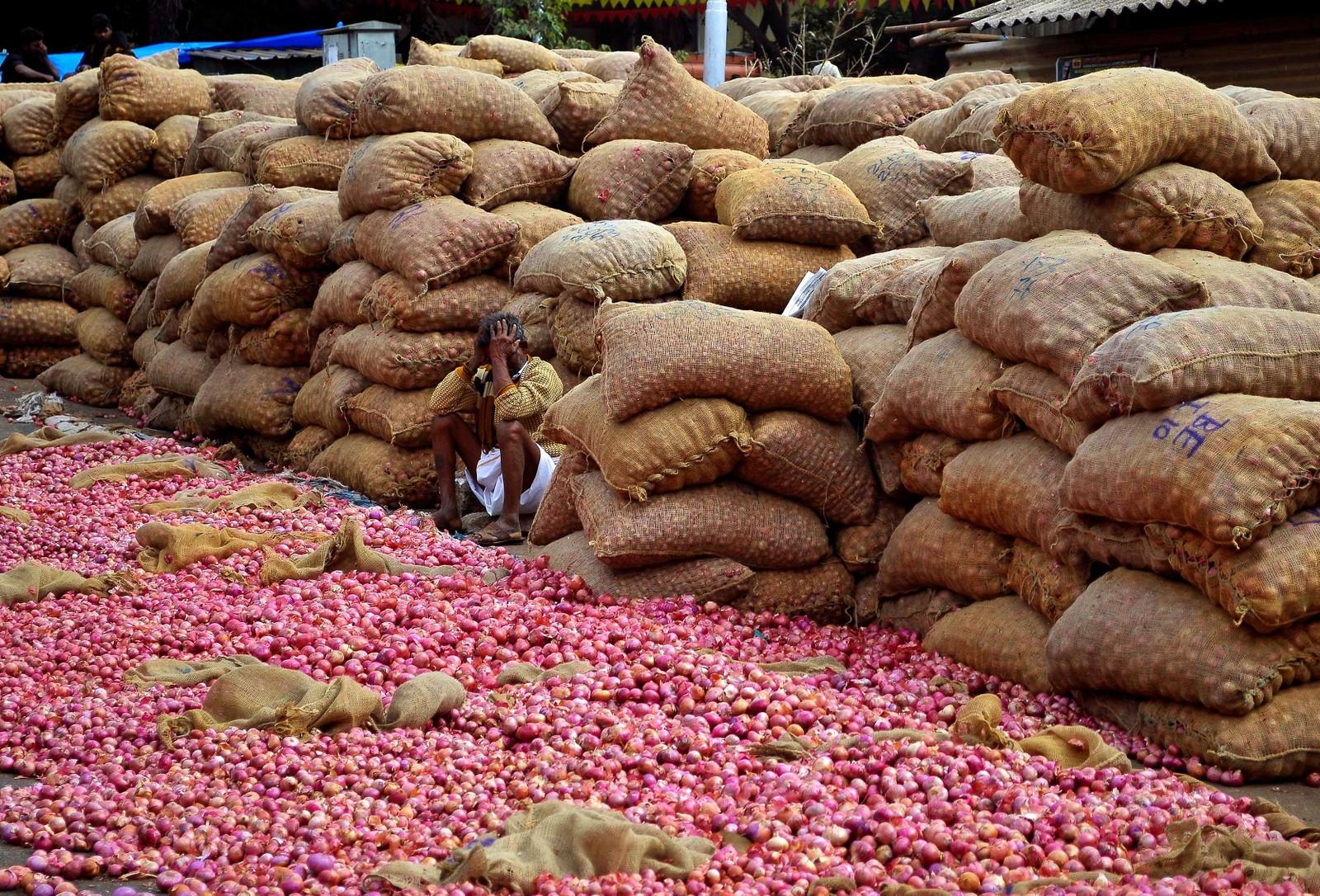 Han har mye løk, men kanskje ikke så mange kunder. Bildet er tatt i Bangalore i India.