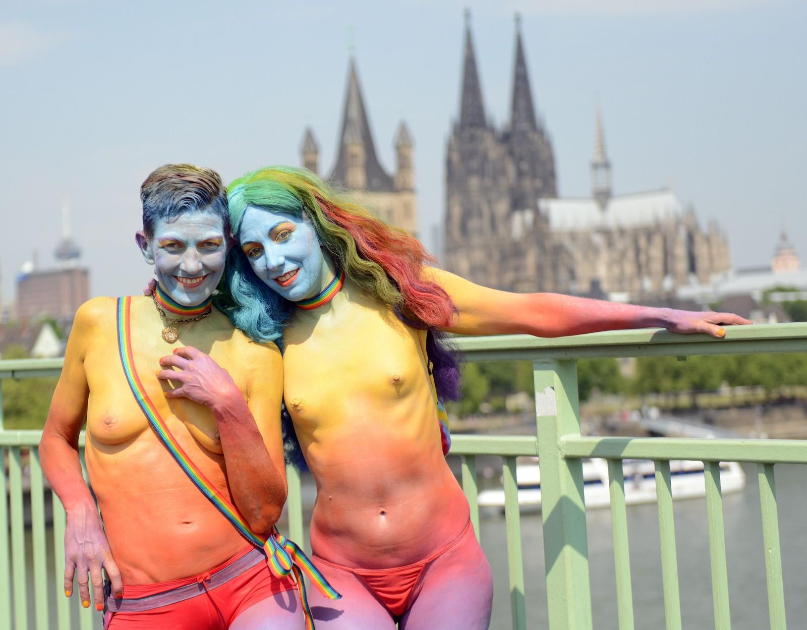 Fargerike og lettkledde deltagere i homoparaden i Köln i Tyskland 5. juli.