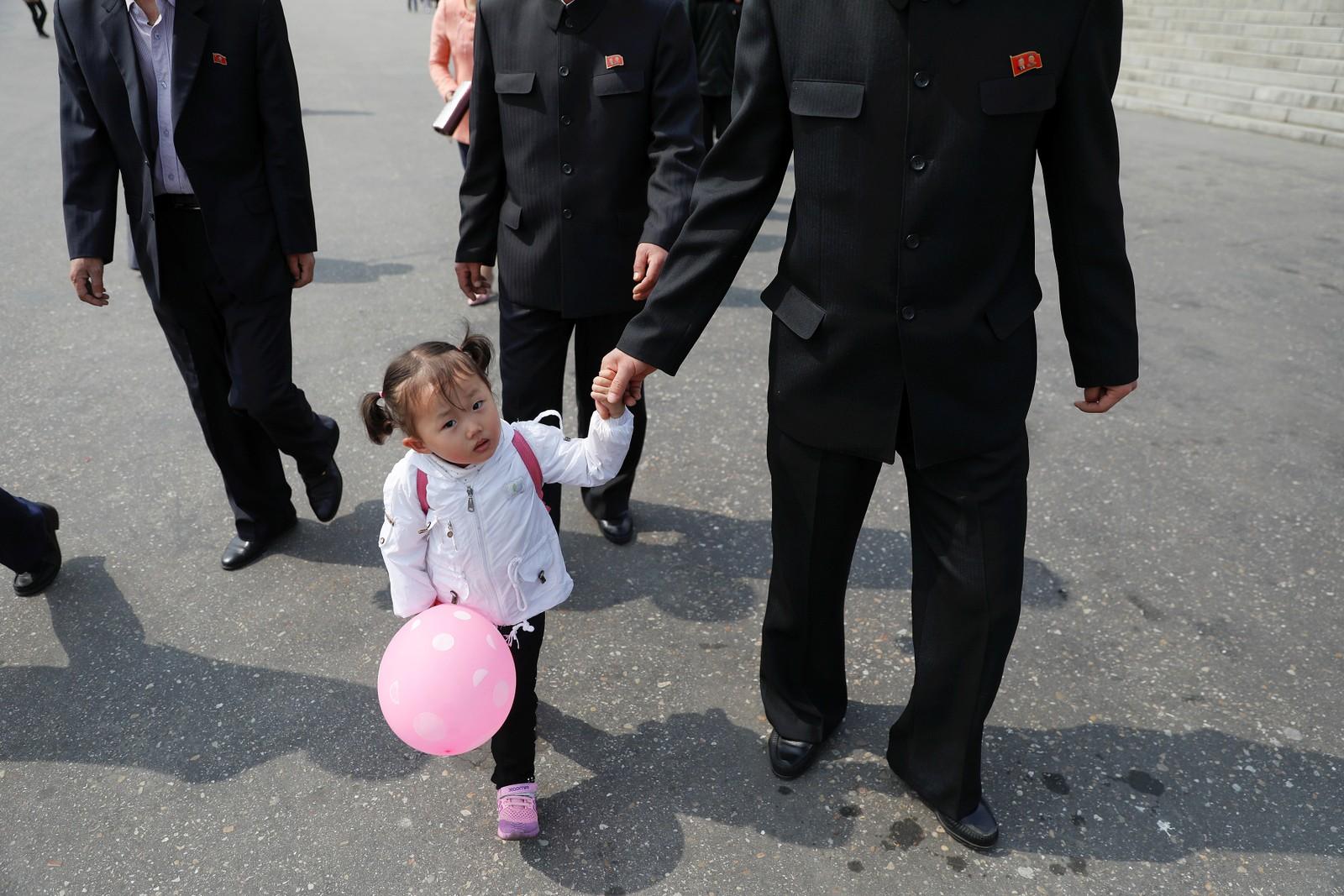 Jente med ballong utenfor blomsterutstillingen i Pyongyang.