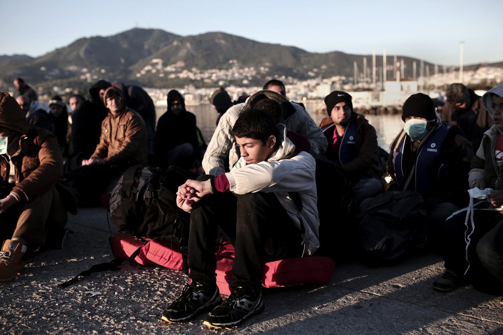 Flyktninger venter på den greske øya Lesbos.