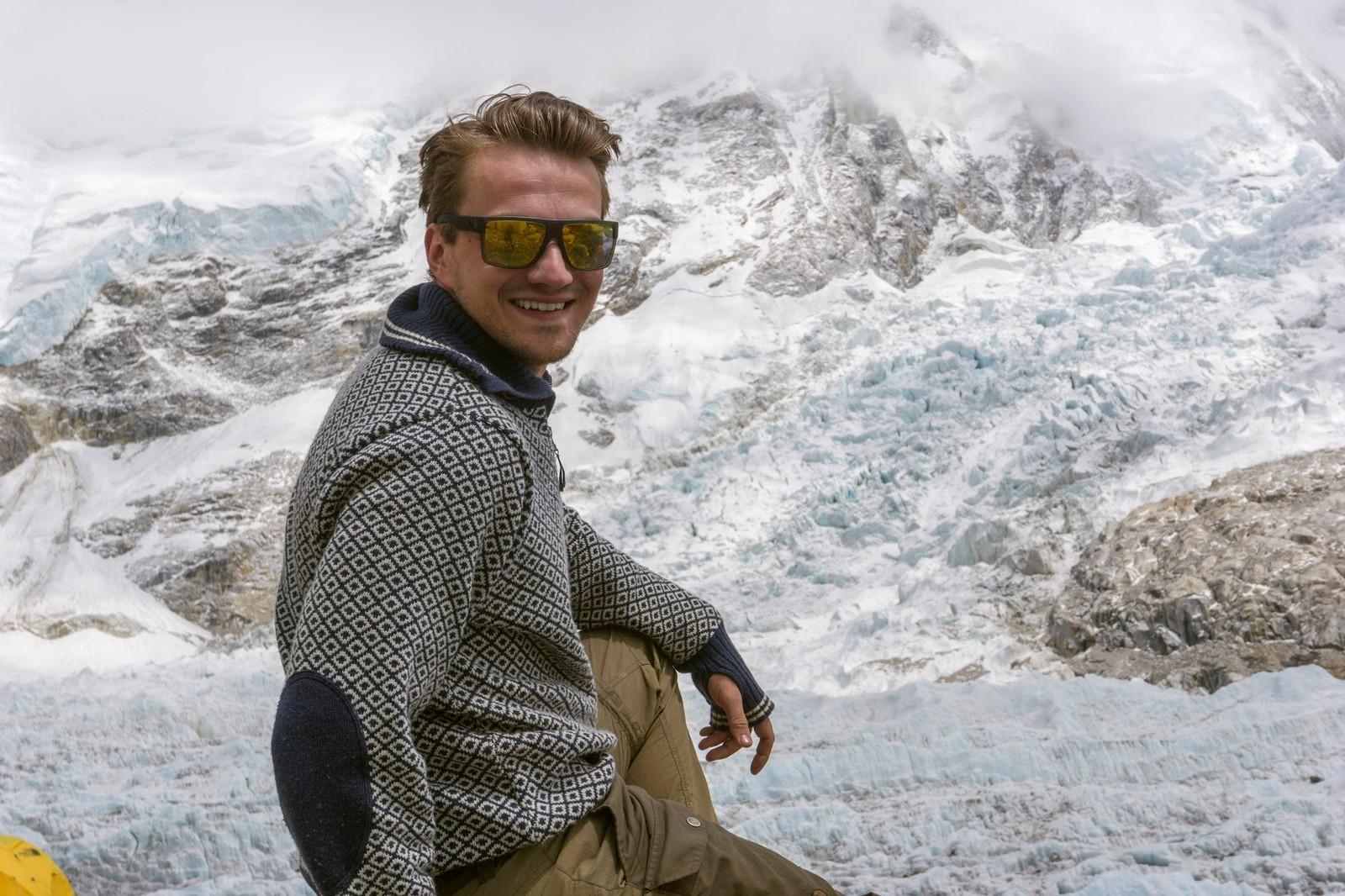 Torkjel i Base Camp. Klatrekameraten Andreas Ebbesen sier at Torkjel har en veldig eventyrlyst og at han er sterk både fysisk og mentalt.