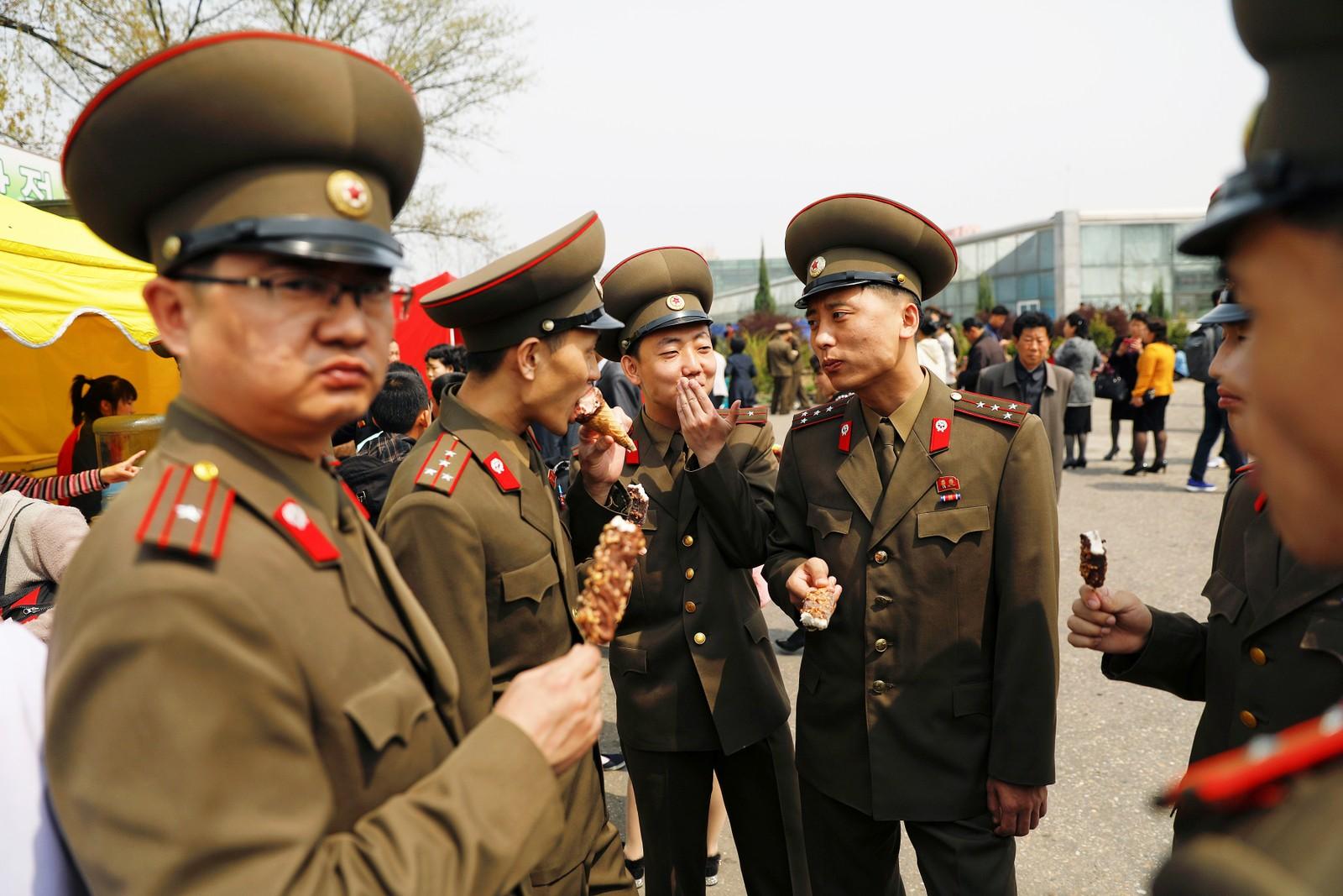 Soldater spiser is i Pyongyang.