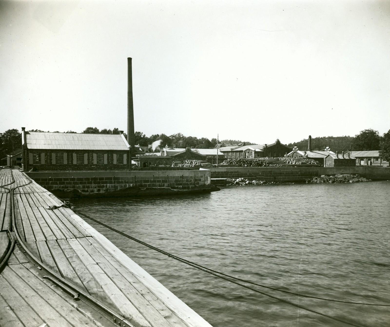 Fabrikken sett fra sjøsiden.