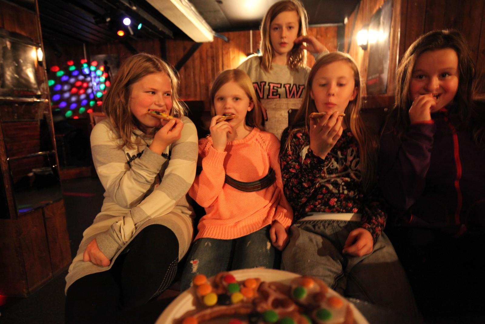 Siste juniorklubb før jul ble blant annet brukt til pepperkakebaking. Fra venstre: Thea Lovise Strand, Nora Bentsen Moby, Linnea Olsen (bak), Celina Kristensen og Nora Madsen Seferagic.