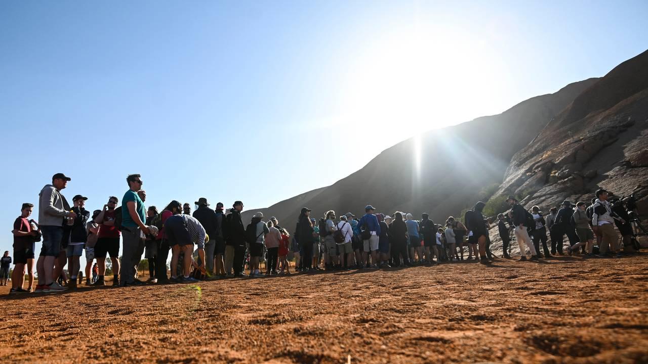 Turister i kø for å gå opp på Uluru