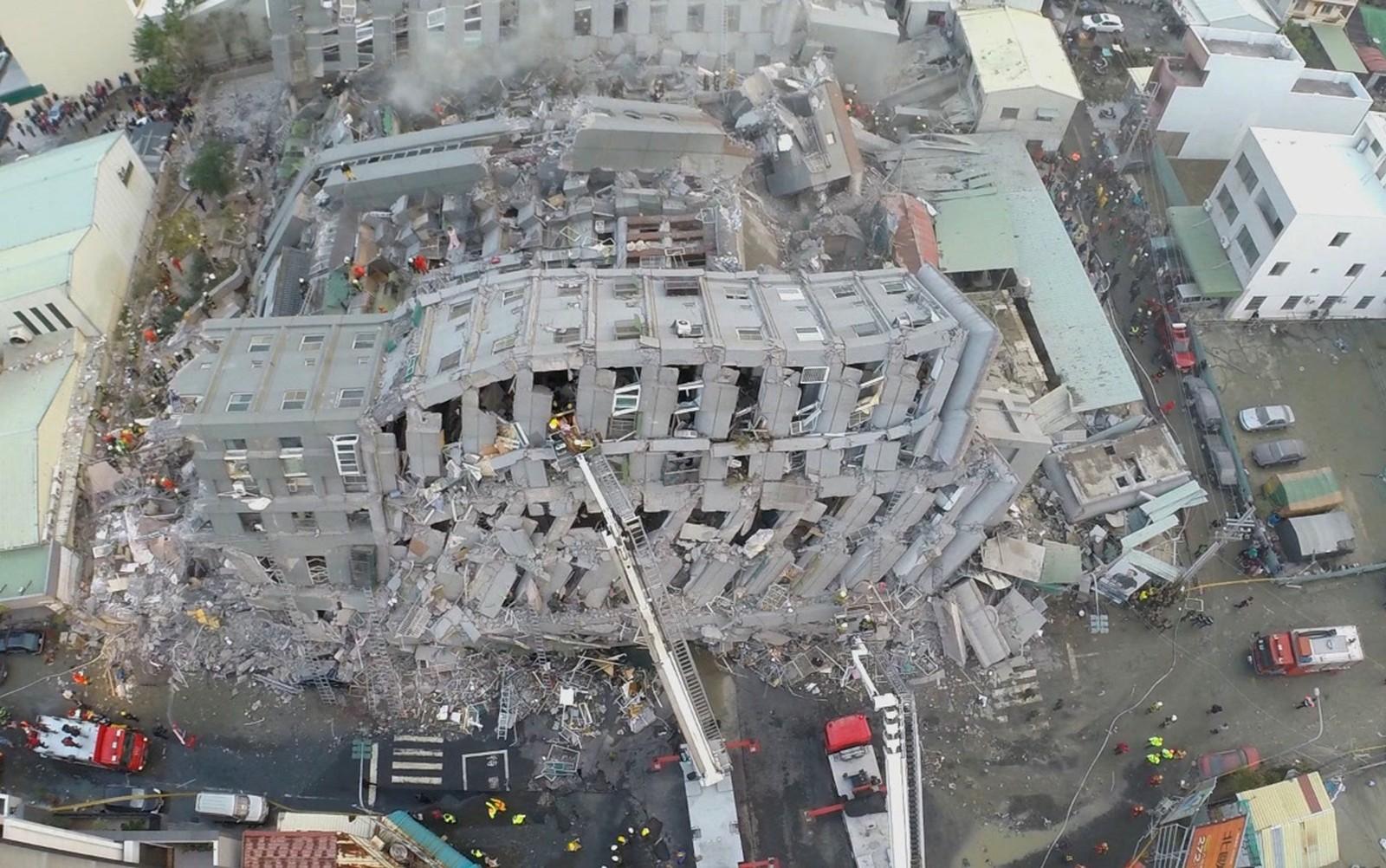 Til sammen skal minst fire bygninger med nesten 100 boliger ha kollapset etter skjelvet.