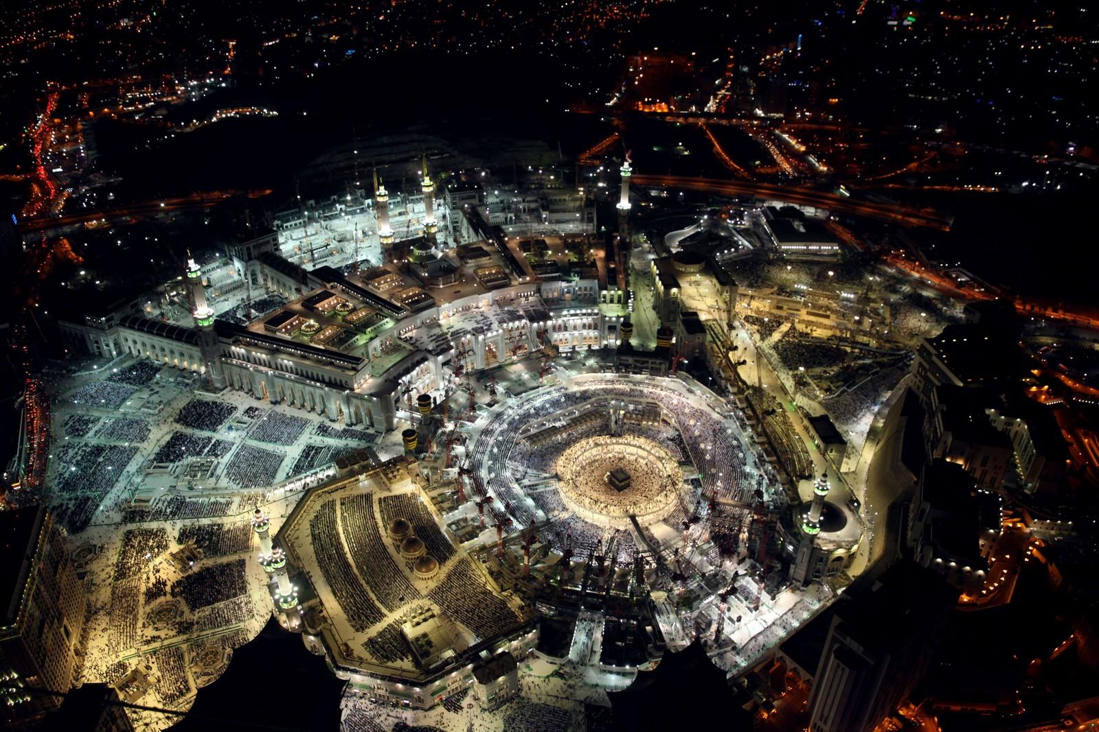 Slik ser det ut fra oven når tusenvis samles for å feire slutten på Ramadan i Mekka.