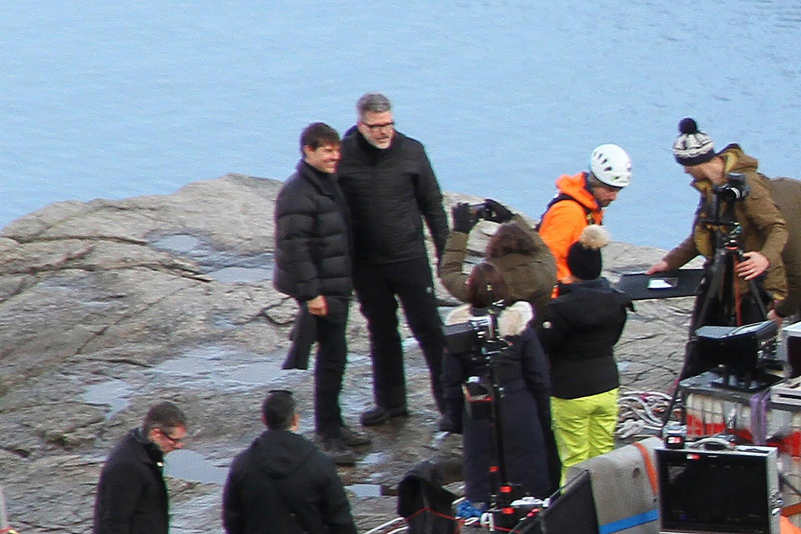 Der, ja! Sammen med regissør Christopher McQuarrie poserte Tom Cruise for en fotograf på Preikestolen mandag ettermiddag.