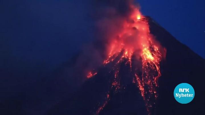 Lava renner ned fra utbrudd på Mayon-vulkanen tirsdag 23. januar.
