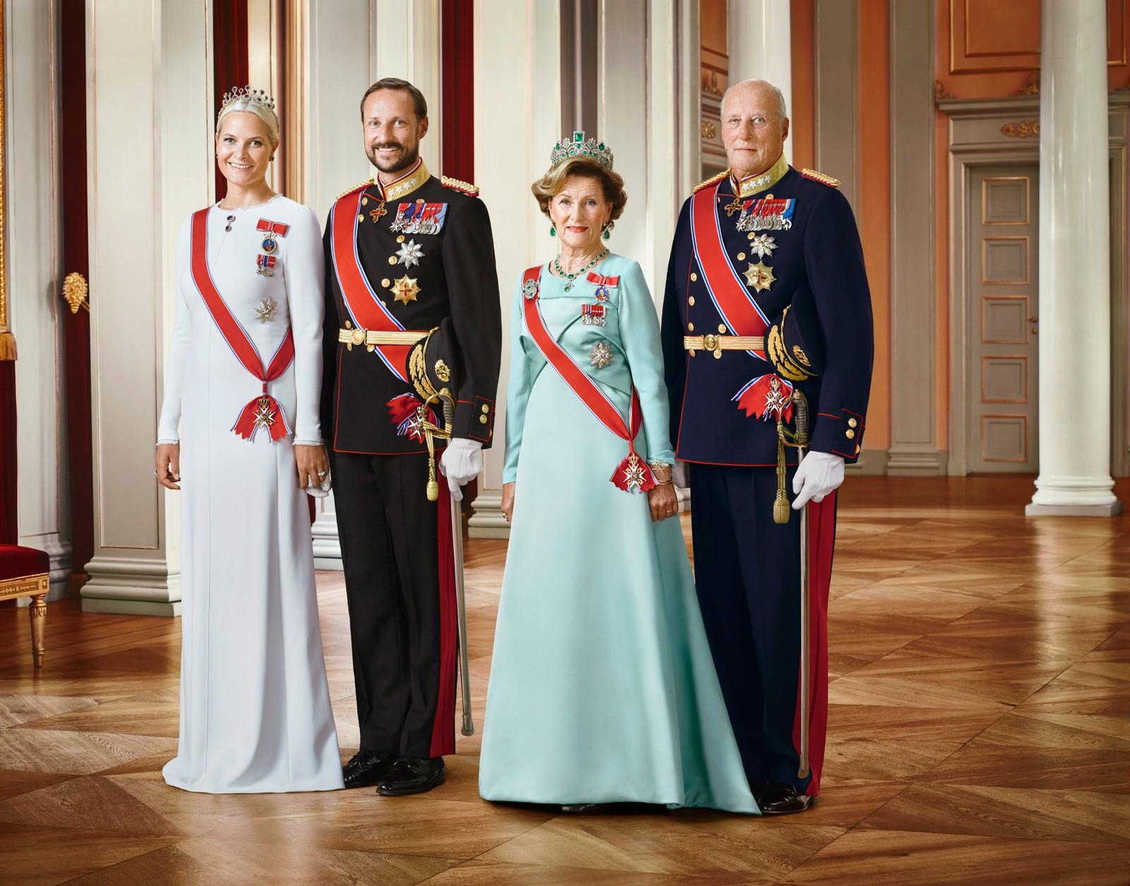 Kronprinsesse Mette Marit, kronprins Haakon, dronning Sonja og kong Harald i gallaantrekk. Bildet er et av flere offisielle bilder utgitt i forbindelse med kongeparets 25-årsjubileum.