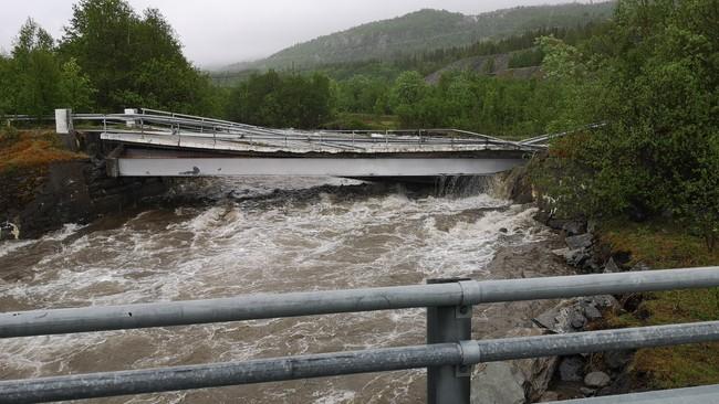 Bru ved Badderen i Kvænangen er skadet av flommen.