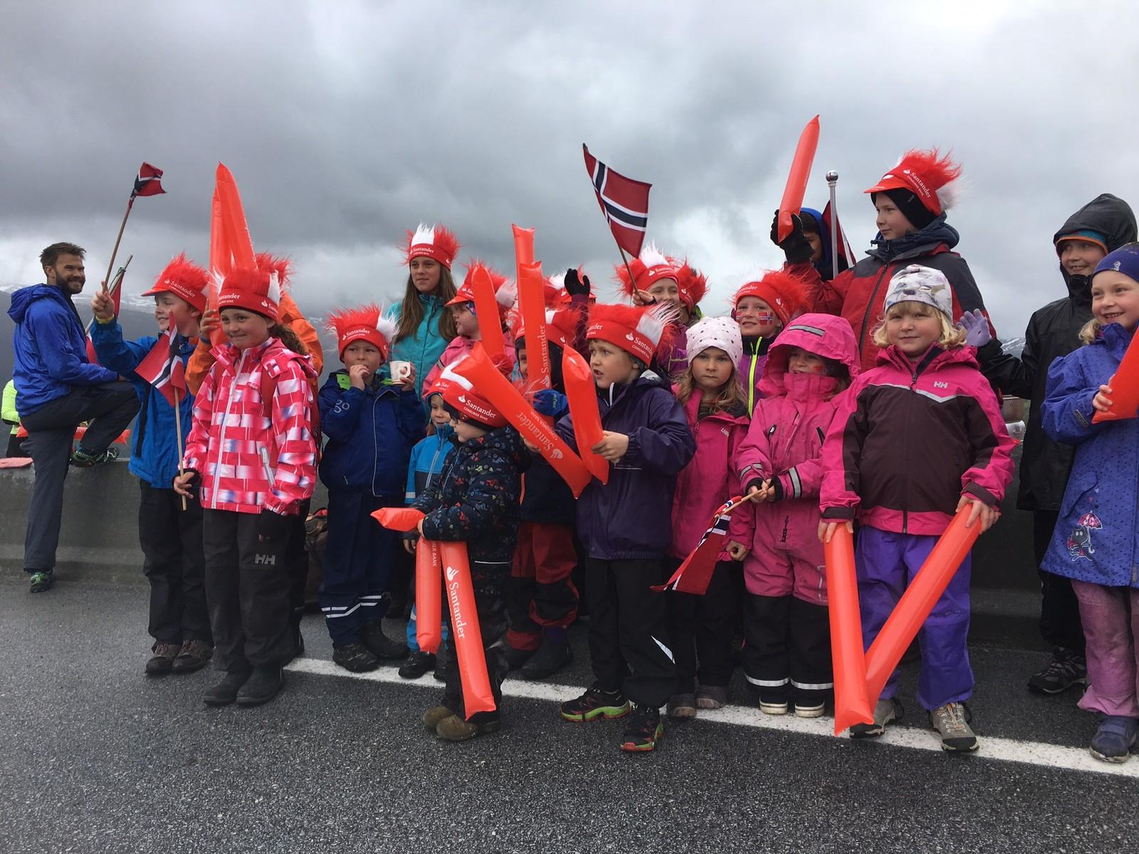 Elevar frå Frøysland skule og Holsen skule er på plass på Røyrvikfjellet. I det sure vêret er dei godt kledde når syklistane kjem over.