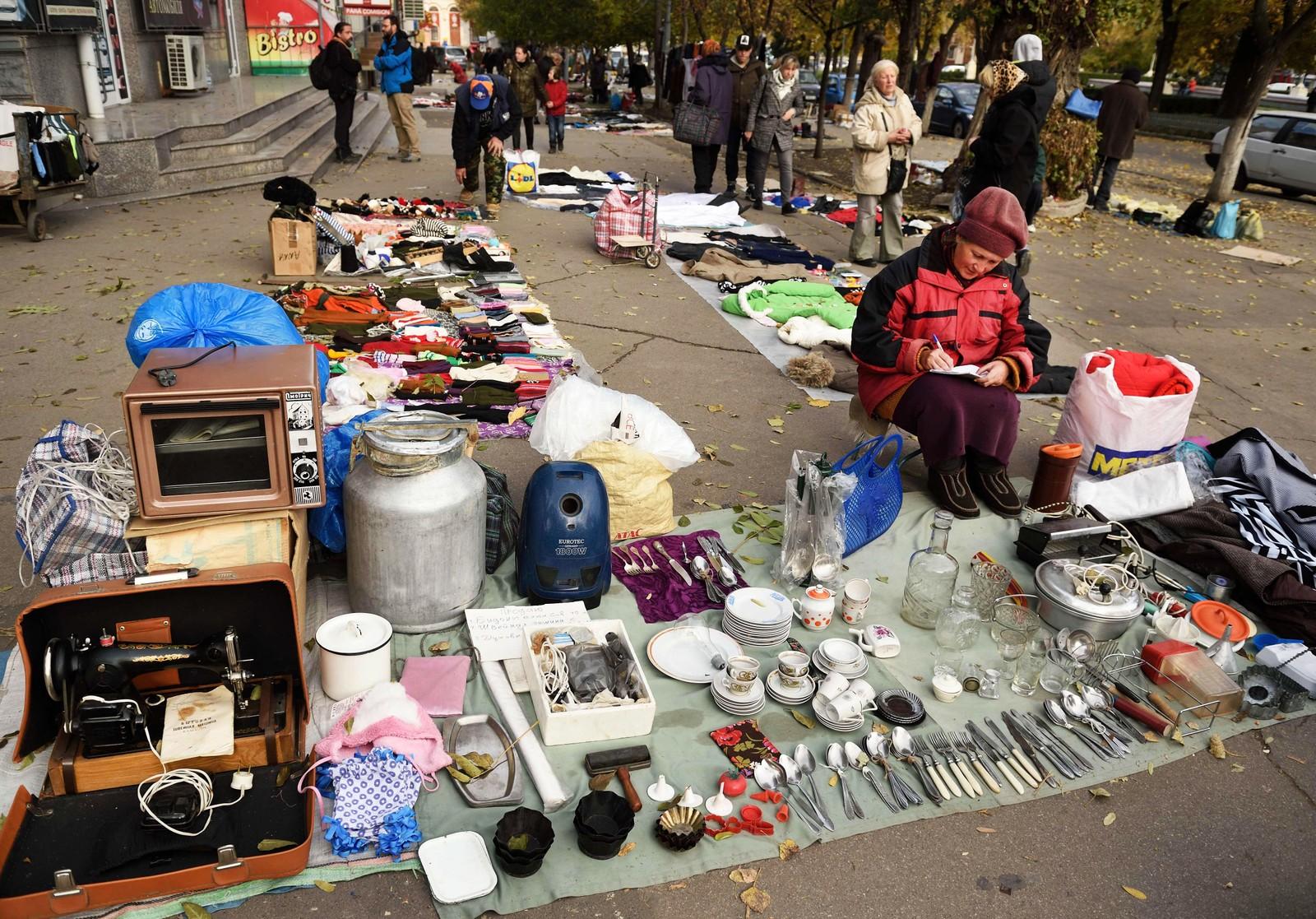 En kvinne selger sine eiendeler på gaten i Chisinau. Pensjonister lever på rundt 400 kroner i Moldova, den laveste pensjonen i Europa.
