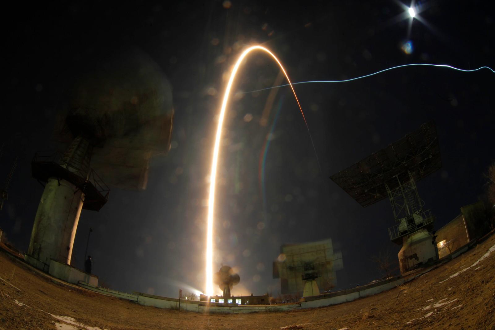 Her er romfarerne på vei mot Den internasjonale romstasjonen. Bildet er tatt med lang eksponeringstid.
