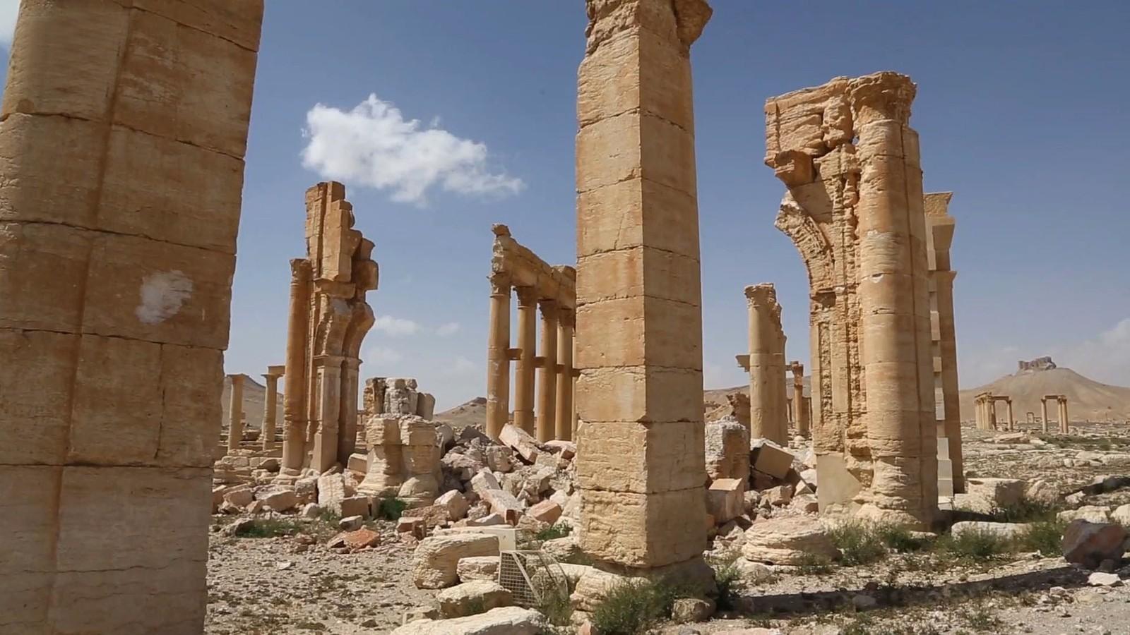 Arkeologer har fraktet vekk over 150 udetonerte IS-bomber fra den verneverdige byen etter at syriske tropper gjenerobret Palmyra.