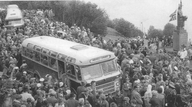 Det var folksamt i Rivedal då statuen vart avduka i 1961. Foto utlånt av Magnhild Rivedal.