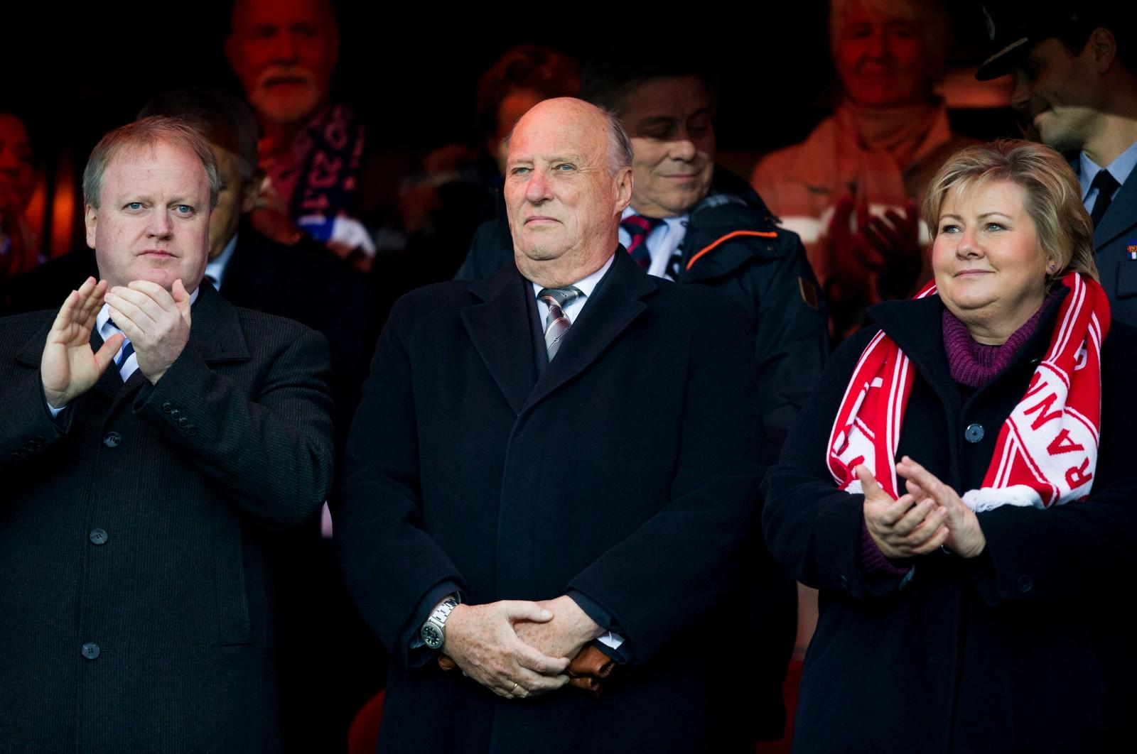 Statsminister Erna Solberg (f.h.), kong Harald og fotballpresident Yngve Hallén på tribunen.