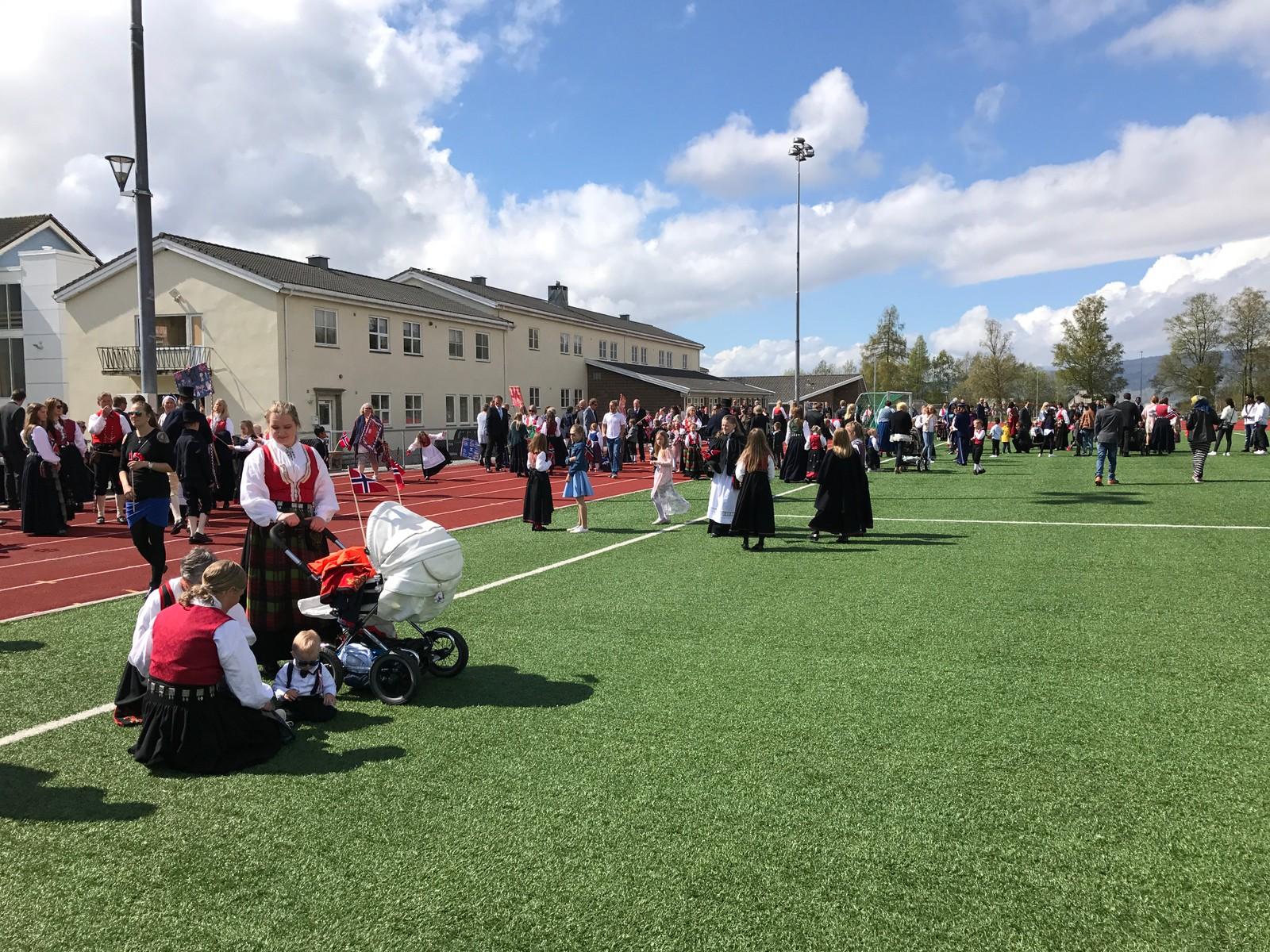 Klar for 17.mai-toget frå Øye til Surnadal kulturhus.