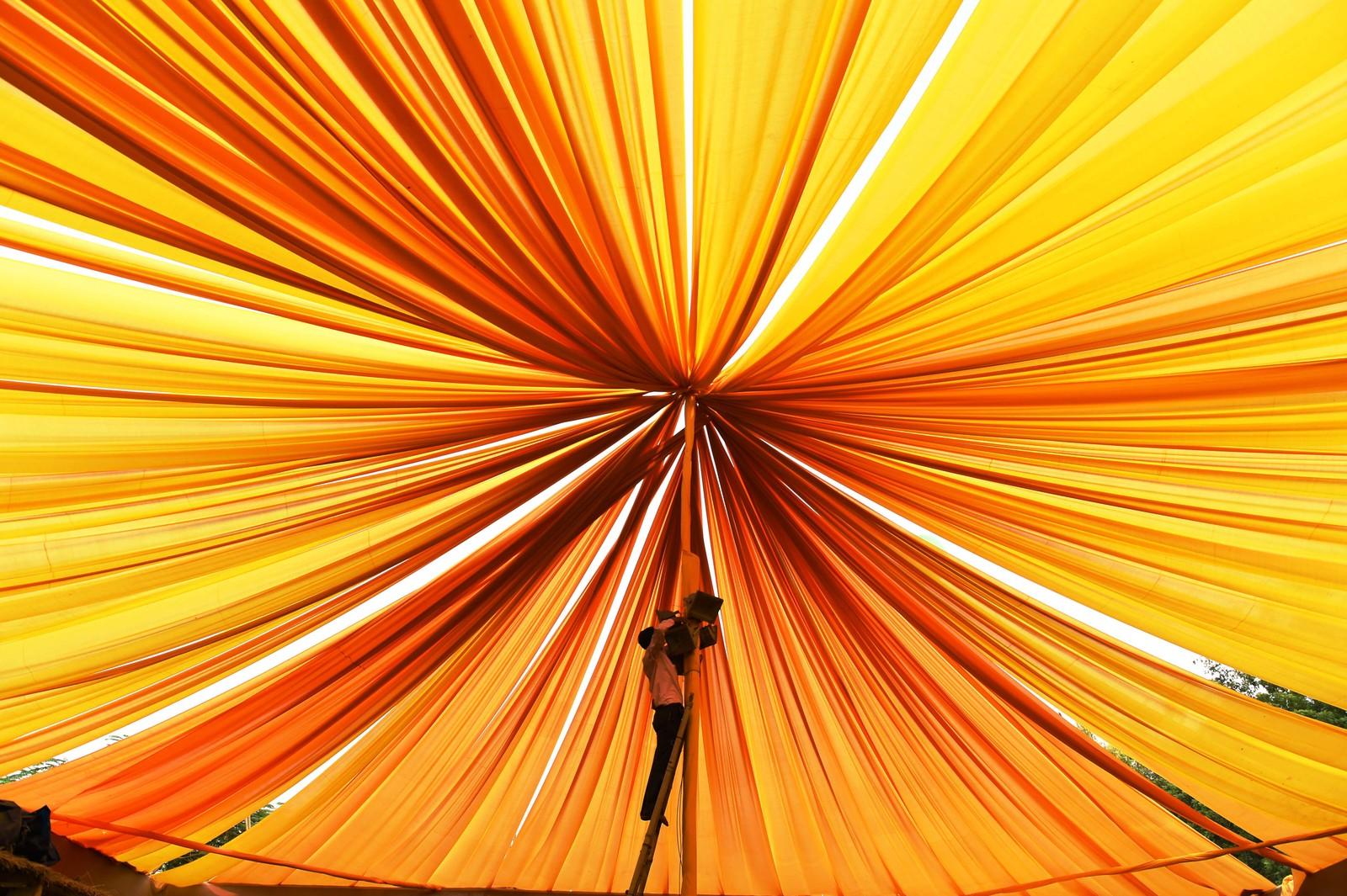 En indisk elektriker jobber på en paviljong som klargjøres før den nasjonale kulturfestivalen i Nwe Delhi, India.