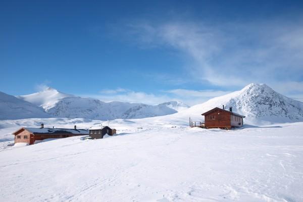 Pyttbua med Putteggenden til høyre og Karitinden til venstre. -  Foto: Åsmund Steen