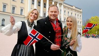 Marte Stokstad, Pål Plassen og Silje Nordnes utenfor slottet