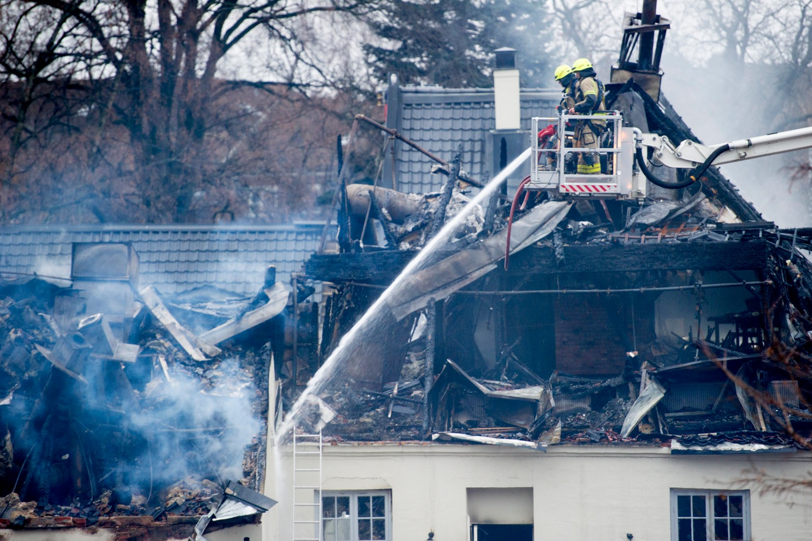 Brannvesenet arbeider fortsatt på Nedre Foss gård på Grünerløkka i Oslo torsdag formiddag etter brannen onsdag kveld.