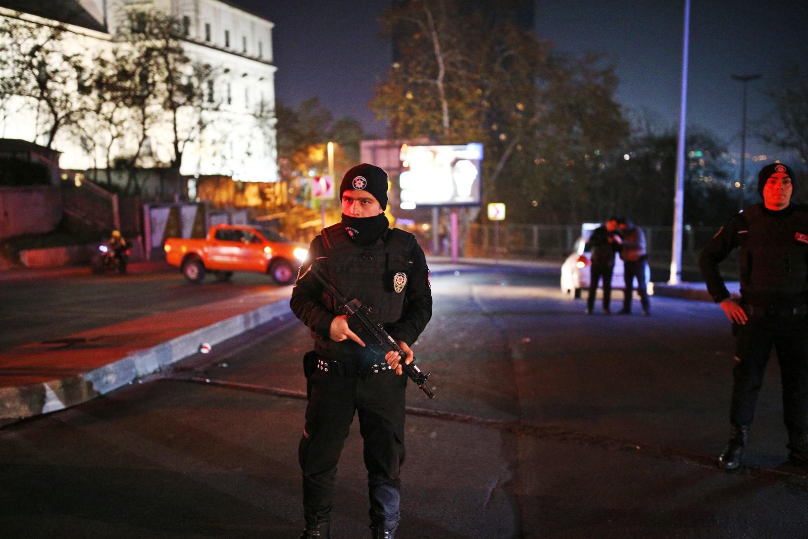 En tyrkisk politimann står vakt utenfor Vodafone Arena. Etter fotballkampen mellom Besiktas og Bursaspor er det meldt om to store eksplosjoner.