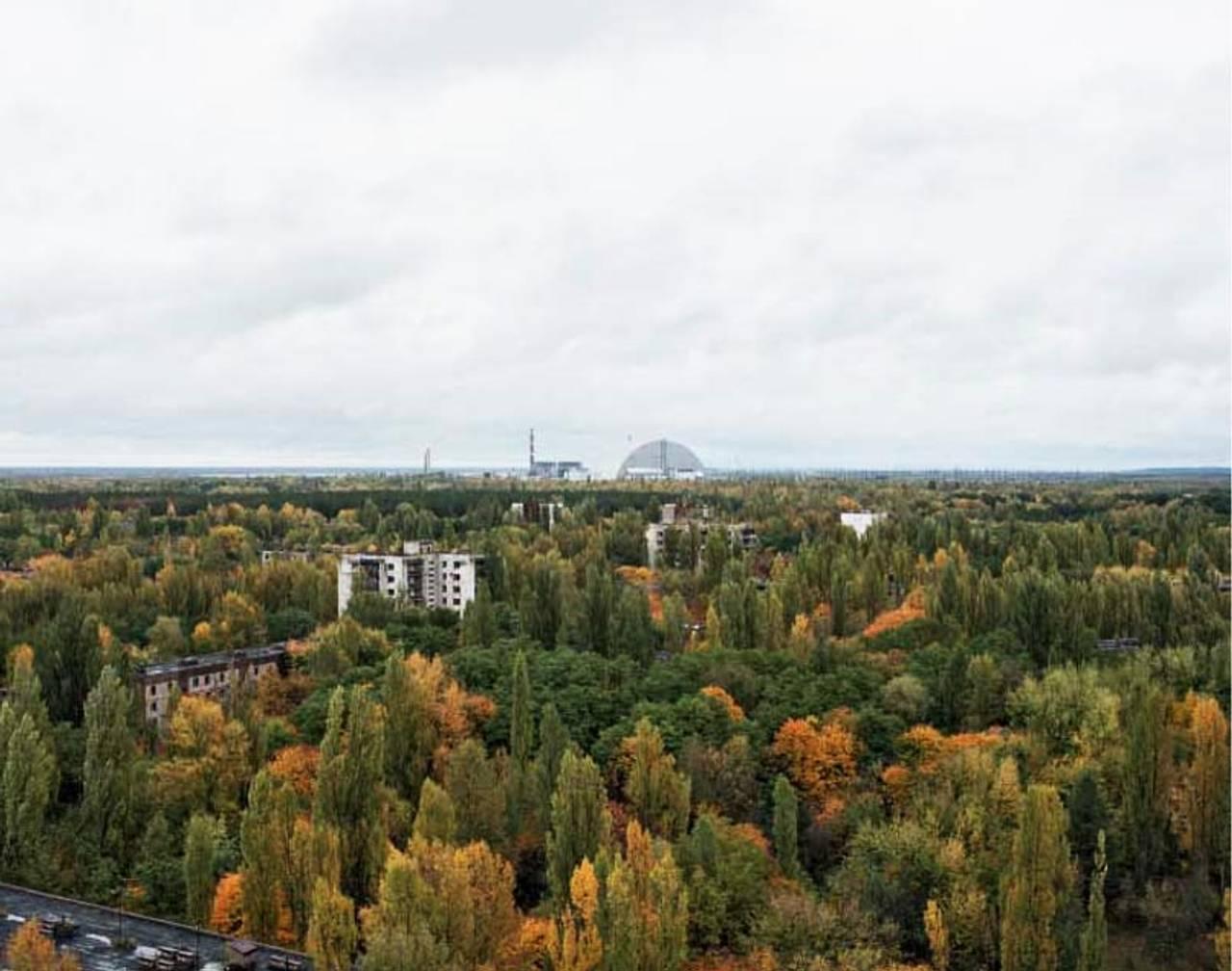 Utsikt over Pripyat mot atomkraftverket i Tsjernobyl i 2017