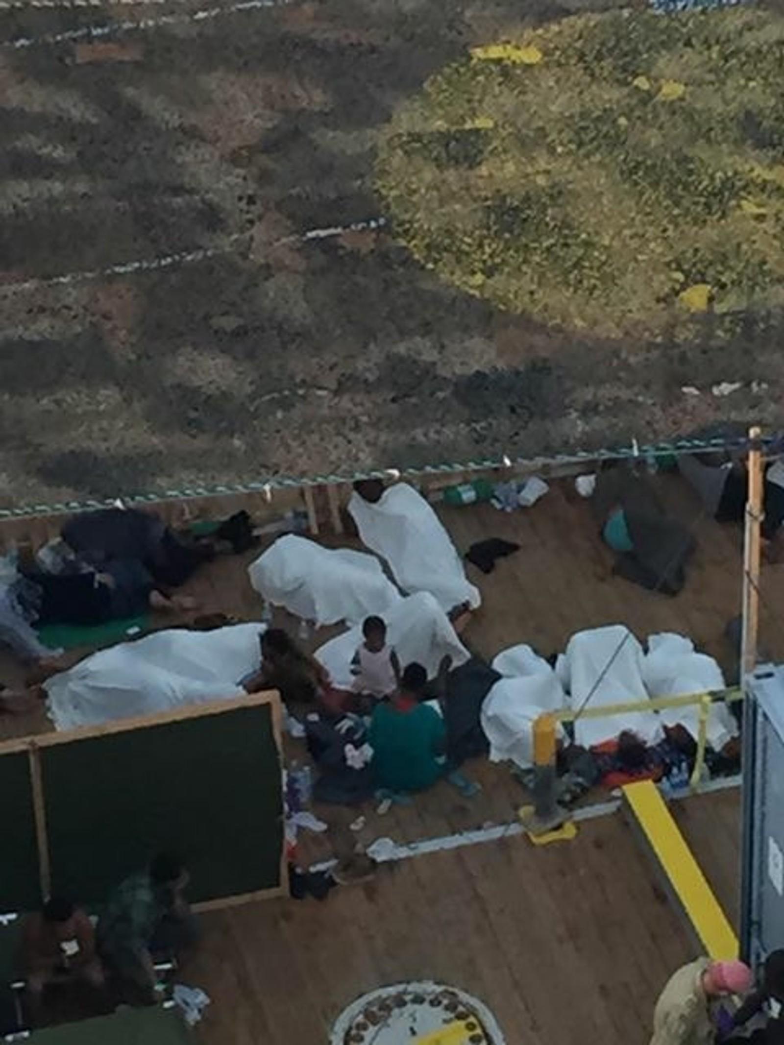 Ombord i Siem Pilot fikk flyktningene og migrantene mat, vann og skygge mot den skarpe solen. Barna fikk leker for å finner roen.