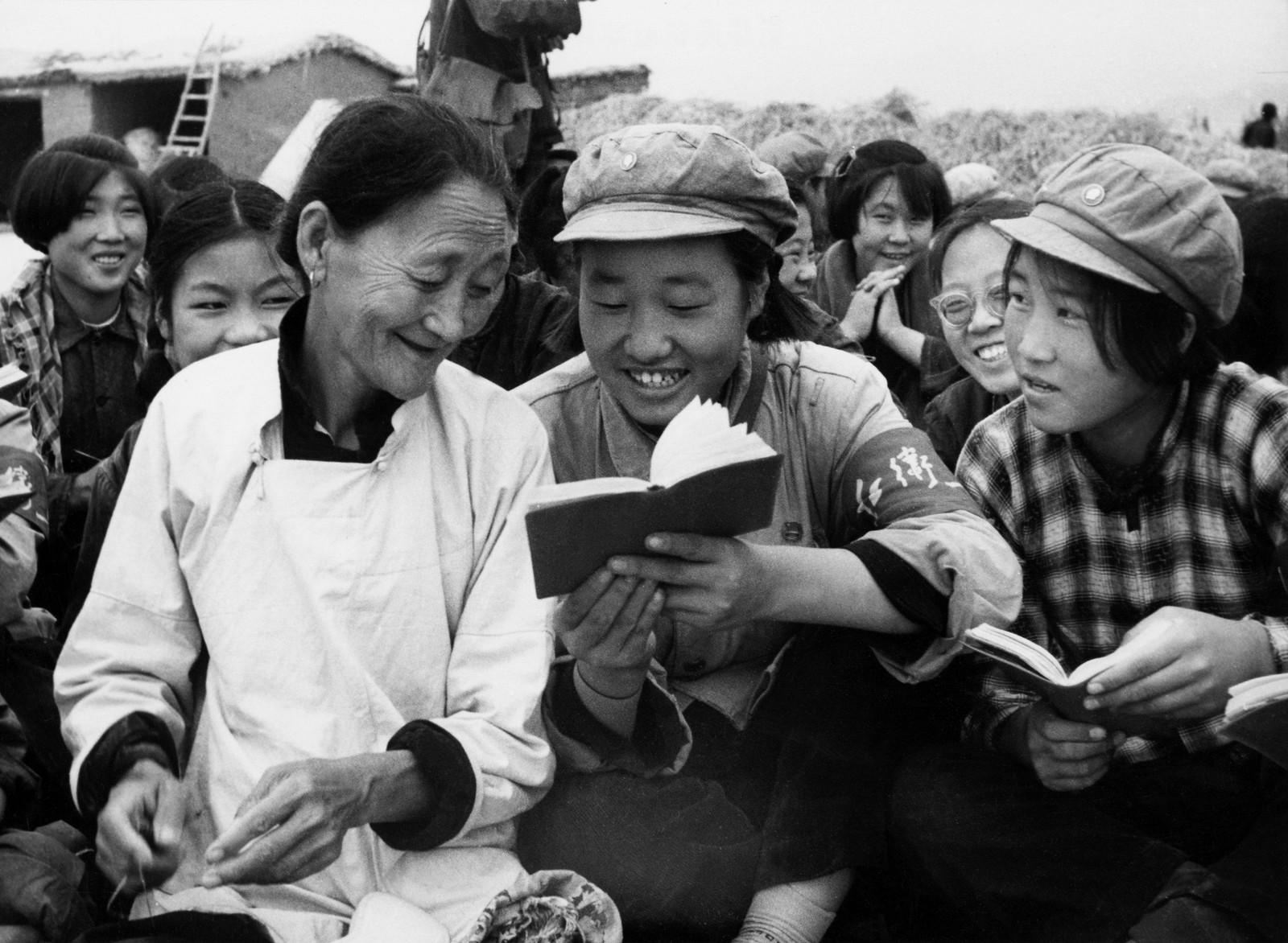 Rødegardister som var sendt ut på landsbygda under innhøstingen i oktober 1966 viser en eldre bondekvinne gullkort fra «Maos lille røde».