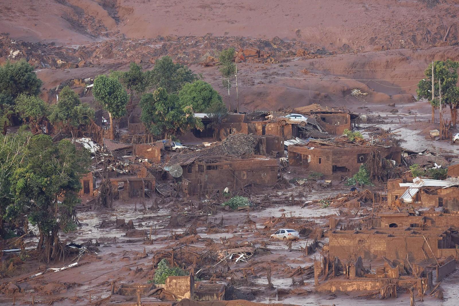 Landsbyen Bento Rodrigues i den brasilianske staten Minas Gerais vart dekka av gjørme etter gruvebristen. 11 menneske døydde, og fleire er sakna.