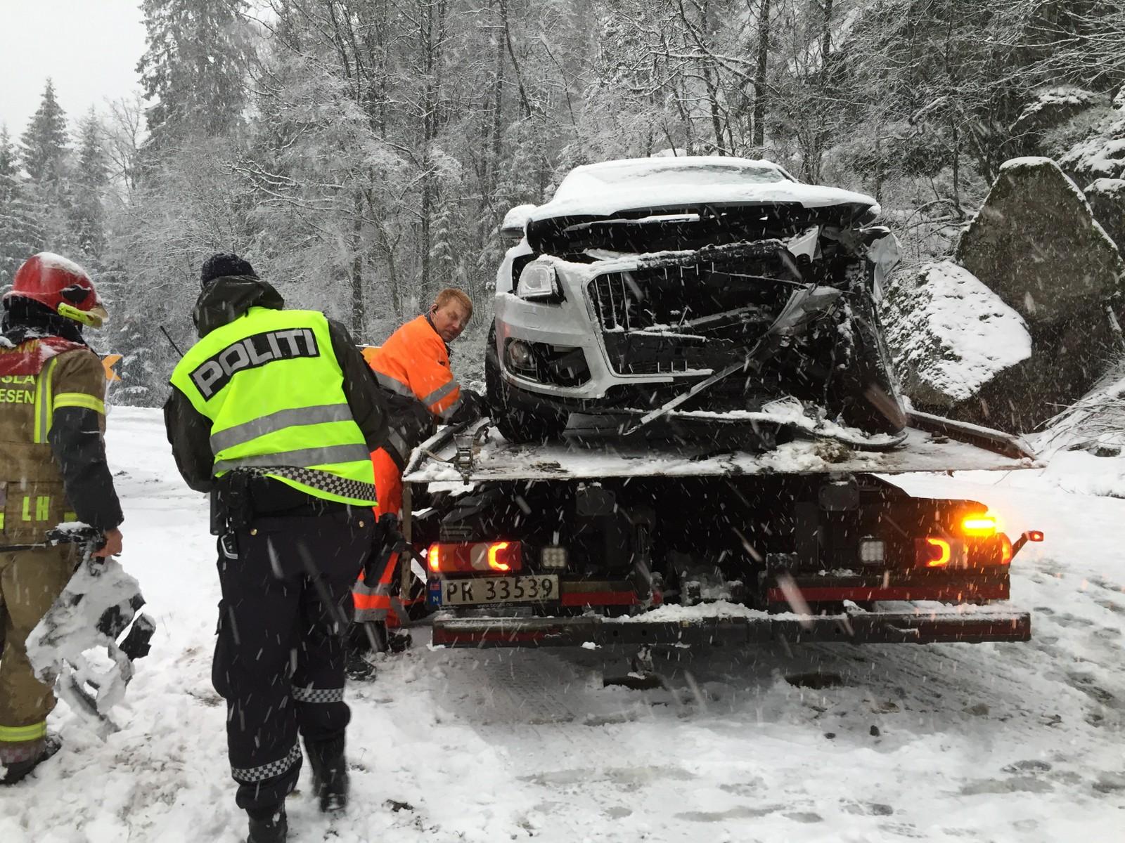 Det var store skader på begge biler etter ulykken.