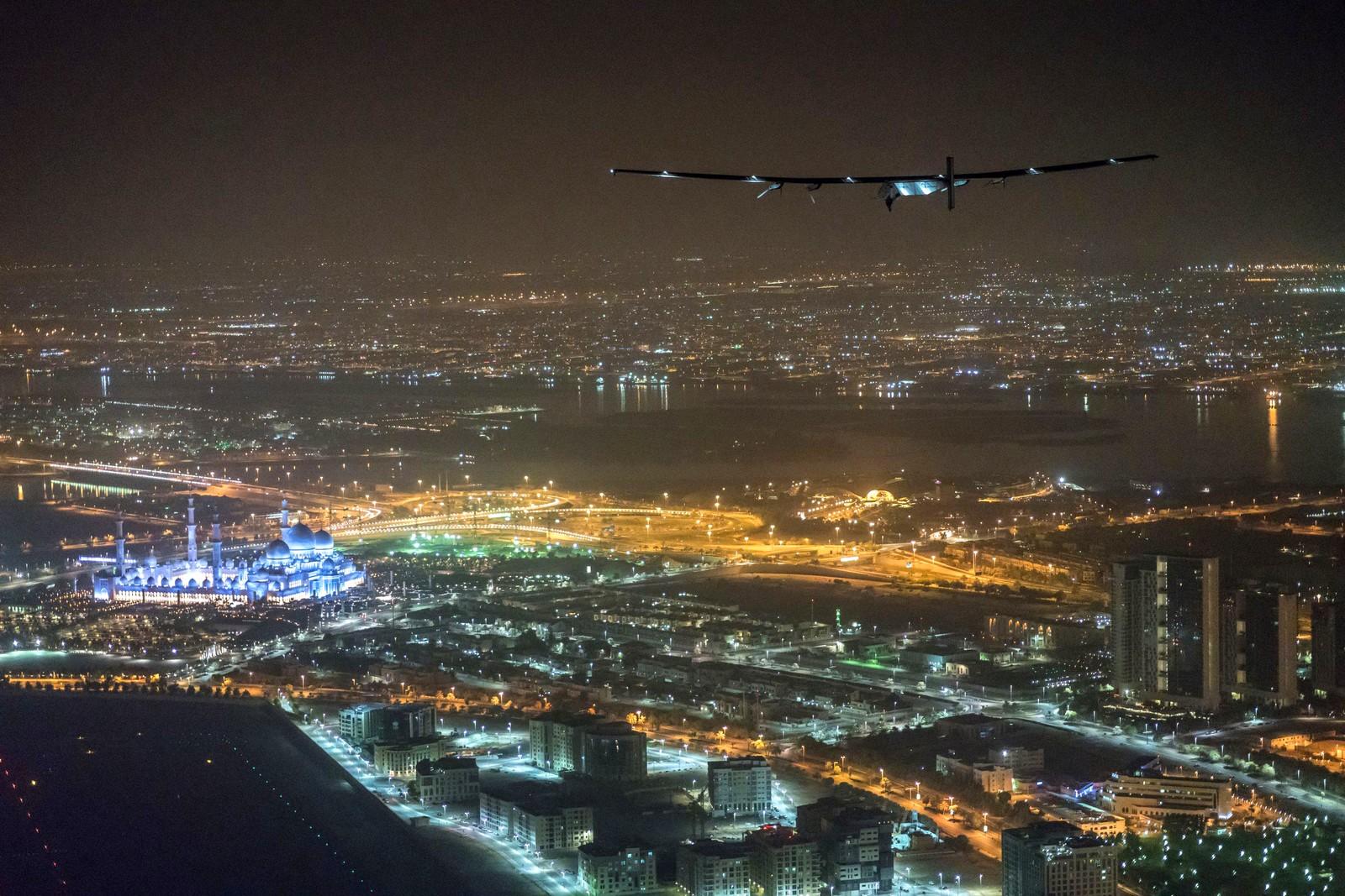 Her lander den sveitsiske piloten Bertrand Piccard Solar 2 i Abu Dhabi i De forente arabiske emirater den 26. juli. Solar 2 er et solcellefly, og det er første gang et soldrevet fly har fløyet rundt jorden. Piccard var for øvrig den første som fløy jorden rundt i en ballong uten stopp.