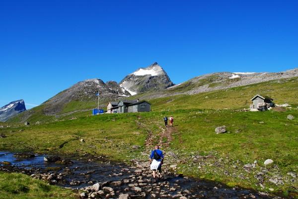 Patchellhytta med Slogen i bakgrunnen og Jakta til venstre - Foto: Rolf Ståle Barstad