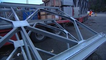 En 23 år gammel mann fikk en flere tonn tung stålkonstruksjon over seg i forbindelse med et arbeidsuhell i Drotningsvik på mandag.