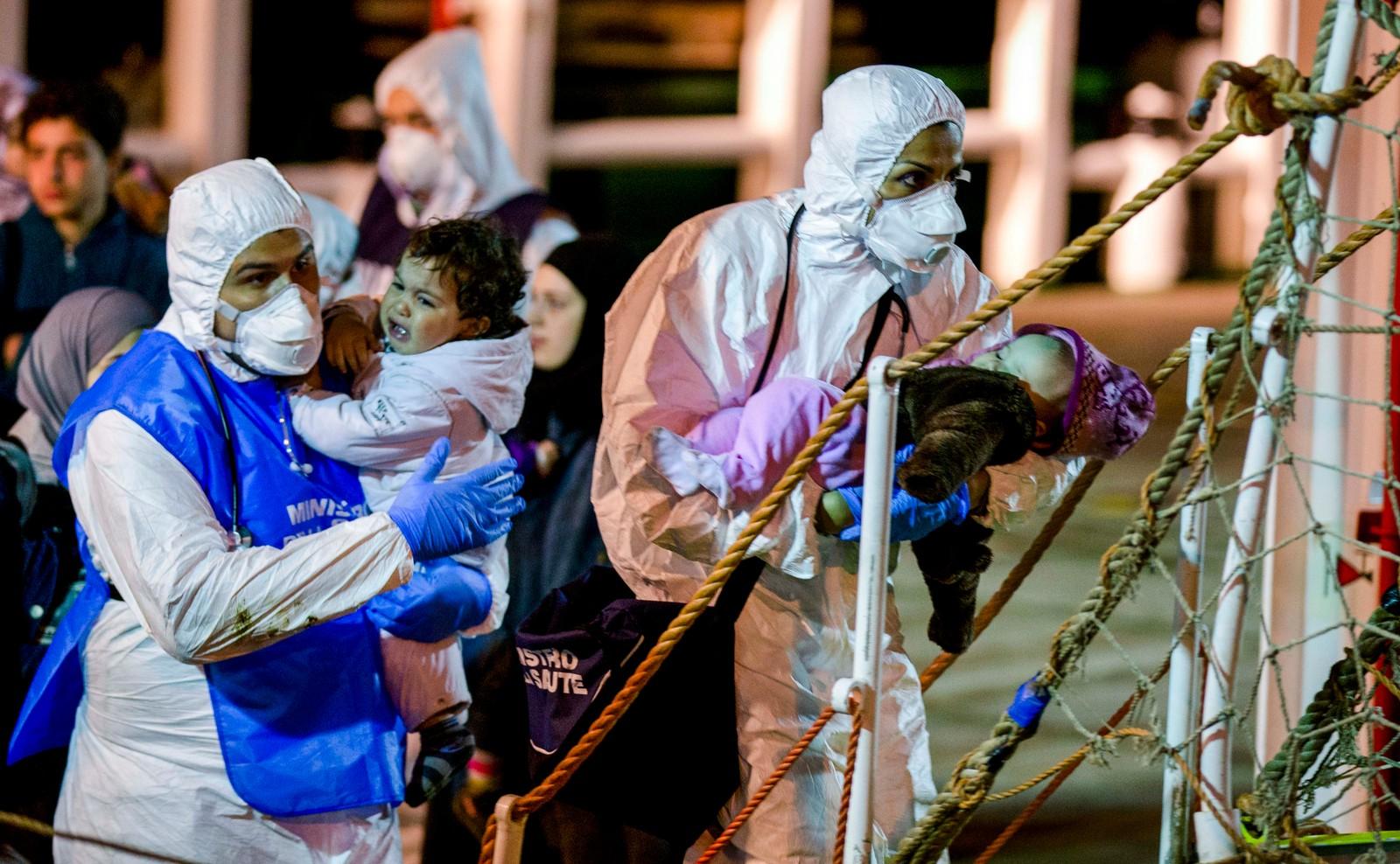Båtflyktninger reddes i land i Pozzallo i Italia 20. april 2015. Rundt 100 mennesker ble reddet av et handelsskip på lørdag utenfor den libyske kysten.