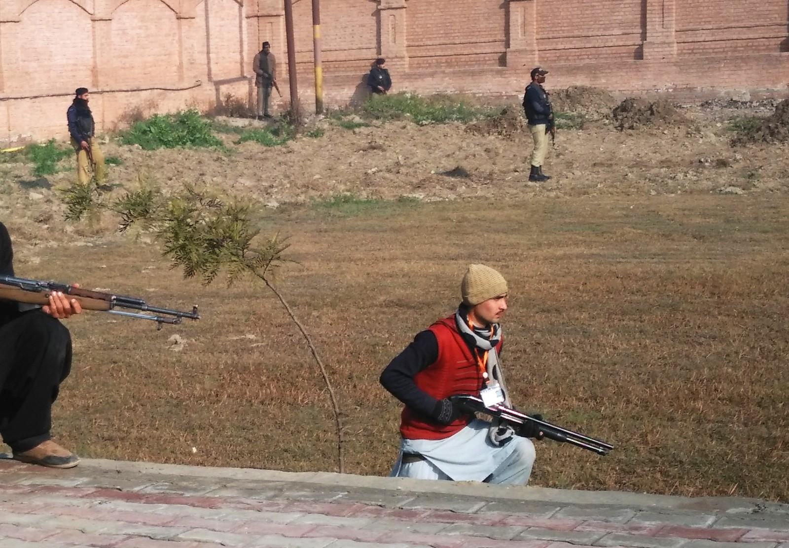 Pakistanske sikkerhetsstyrker ved Bacha Khan-universitetet, kort tid etter angrepet.