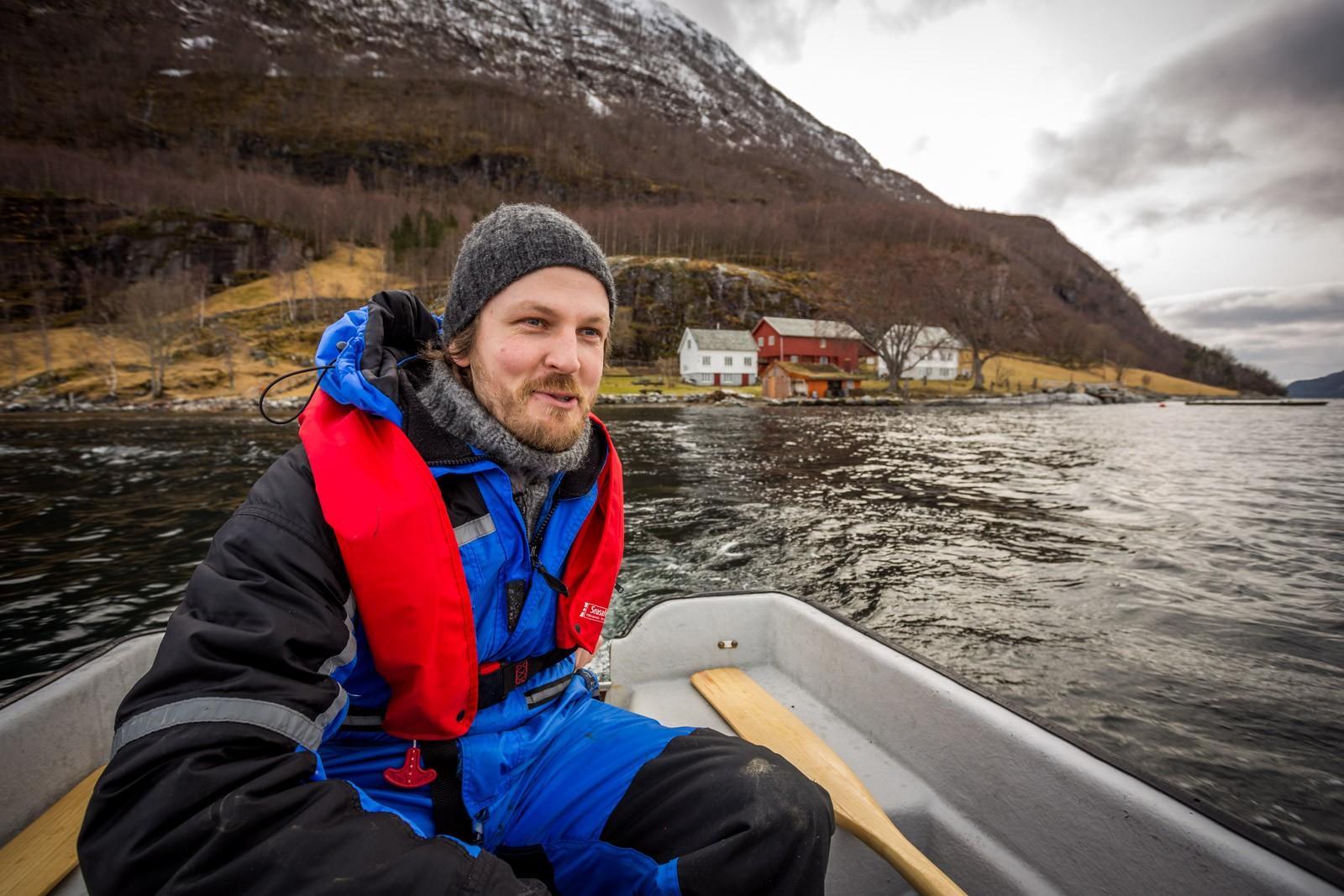 Severin er heilt avhengig av båt for å kome seg dit han vil. Den viktigaste kunnskapen han har lært er om ver og vind på Røneset.