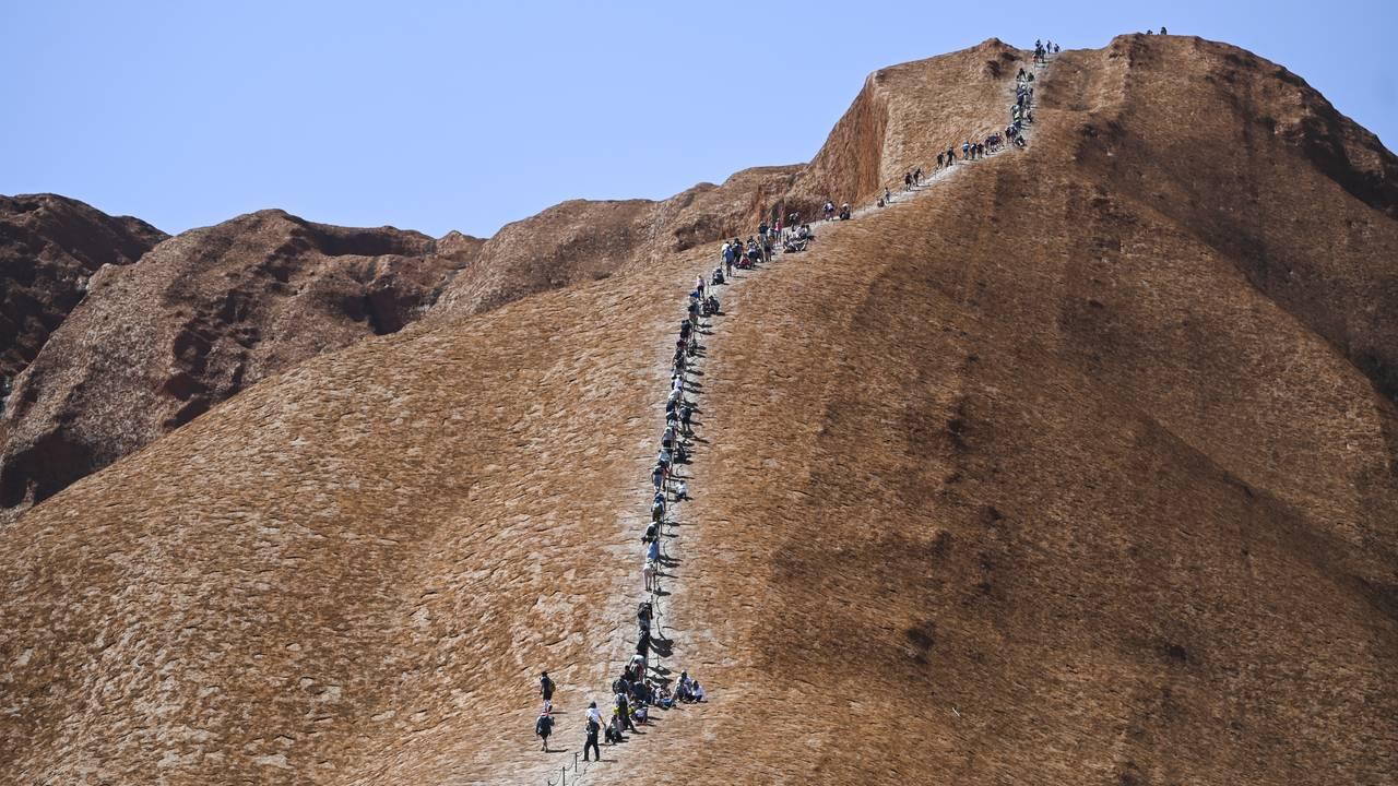 Turistene går opp Uluru for siste gang fredag 25. oktober.