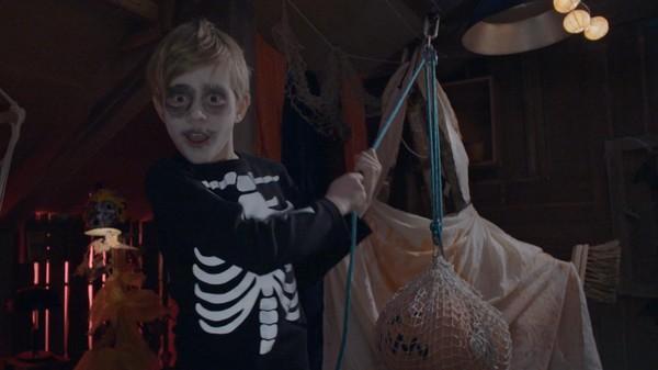 """Norsk serie. """"Talje"""".Det er Halloween! Da er det lov å skremme! Taljer kan brukes til mye en Halloween-kveld. Skal du løfte tungt og ha det gøy, fordeler du vekta på mer tau."""